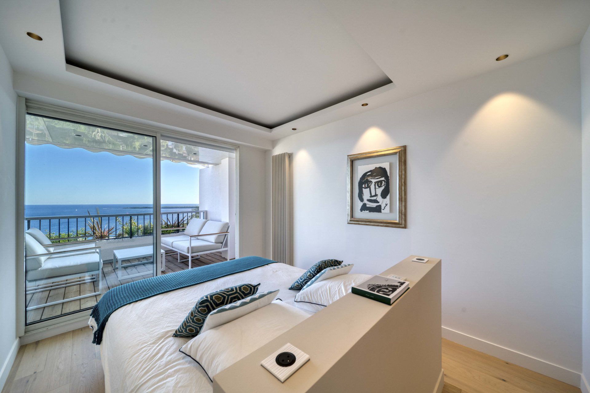 Tastefully Renovated 3-BR apartment Panoramic Sea View