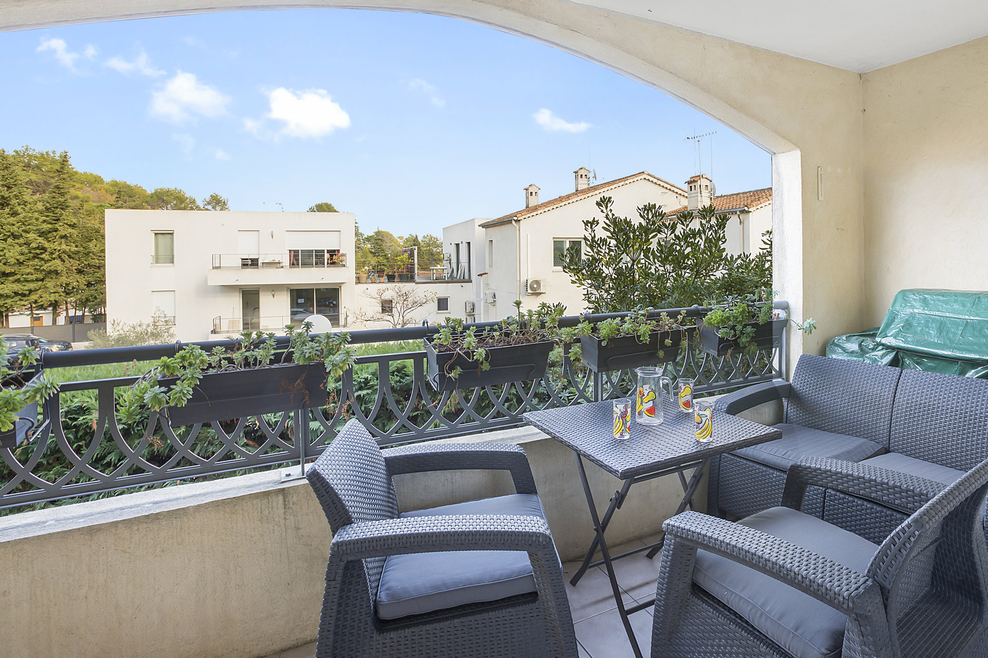 Super 1/2 bed apartment in a recent residence within walking distance of the village of Valbonne
