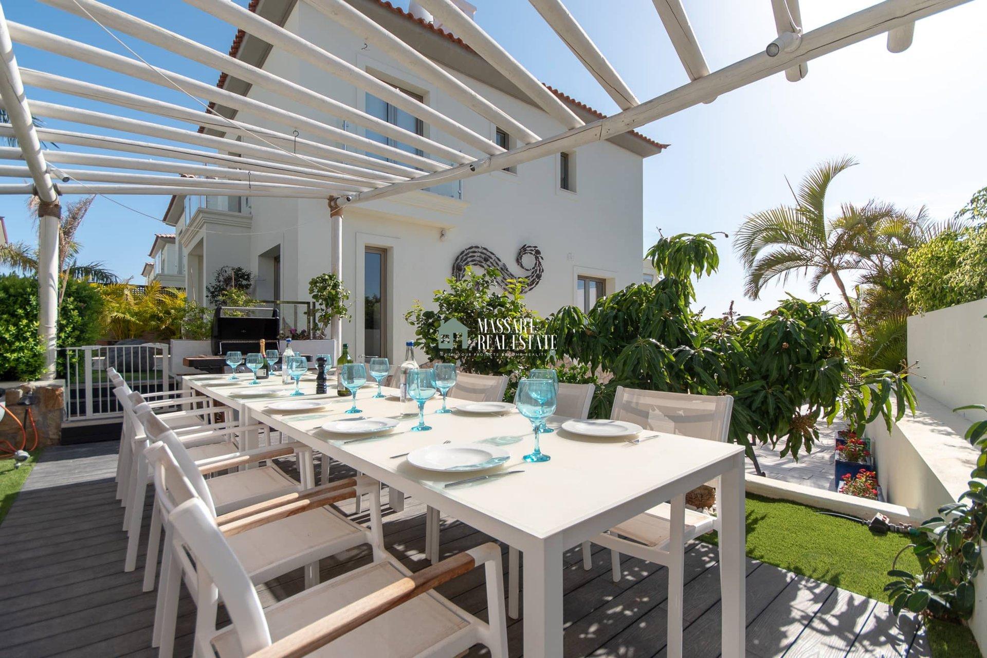 Luxuriöse Villa, die sich durch ihr exklusives Design aus Italien auszeichnet und von ihrem Balkon aus einen beeindruckenden Blick auf die Südküste der Insel bietet.