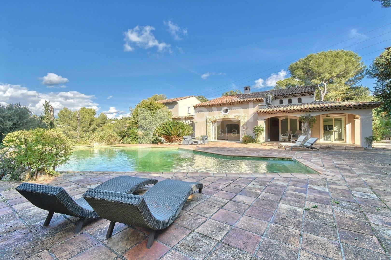 Mougins - Spacious villa for sale on the heightsins