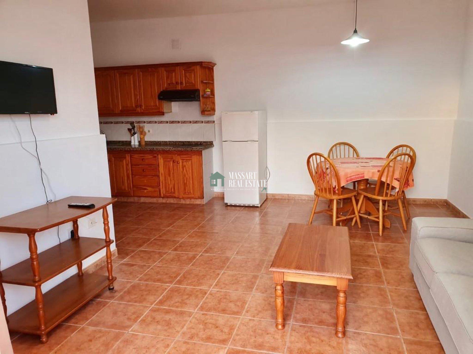 En alquiler en San Eugenio (Adeje), apartamento funcional que tiene como principal atractivo su enorme y soleada terraza.