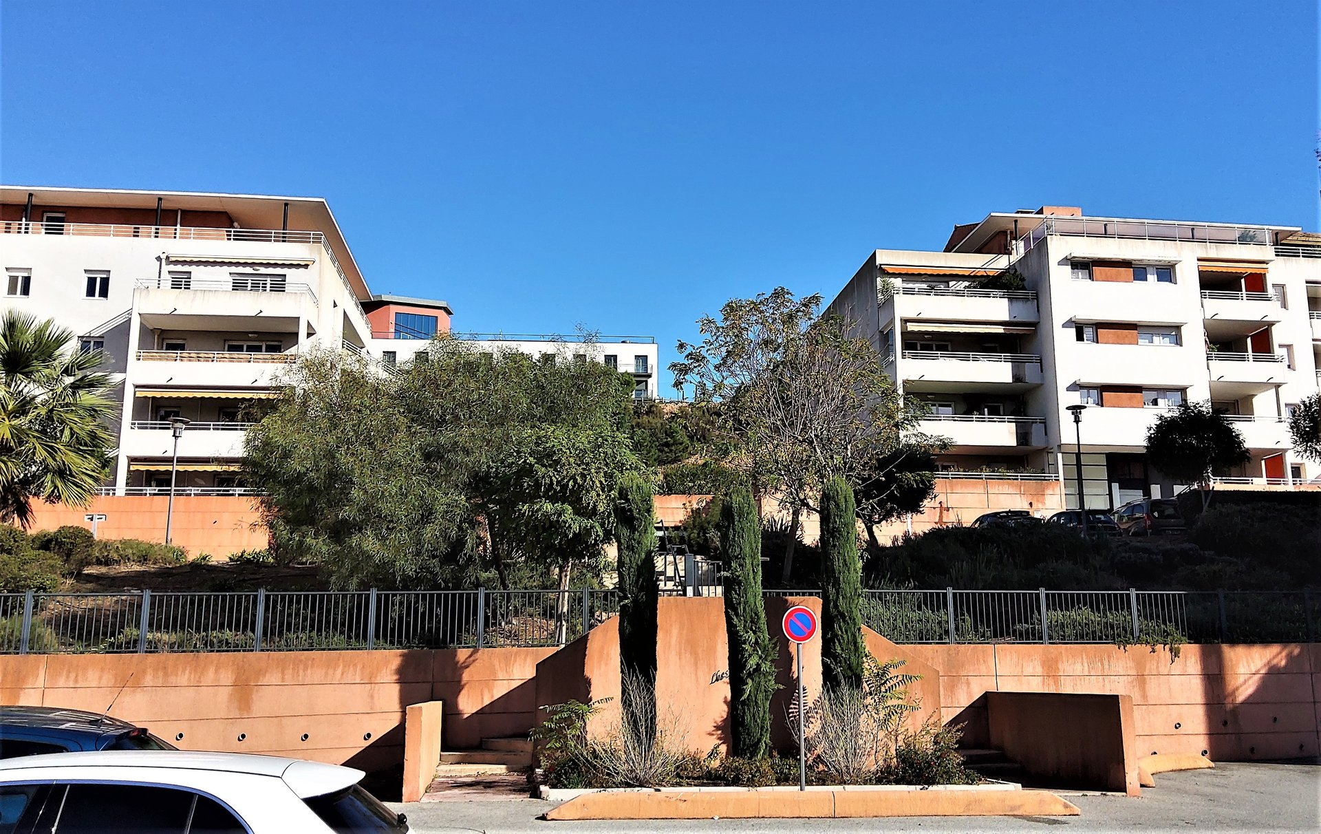 For sale: ST .RAPHAËL,Spacious T3 in perfect condition in a quiet area, in a secure residence, close to the center, schools and shops