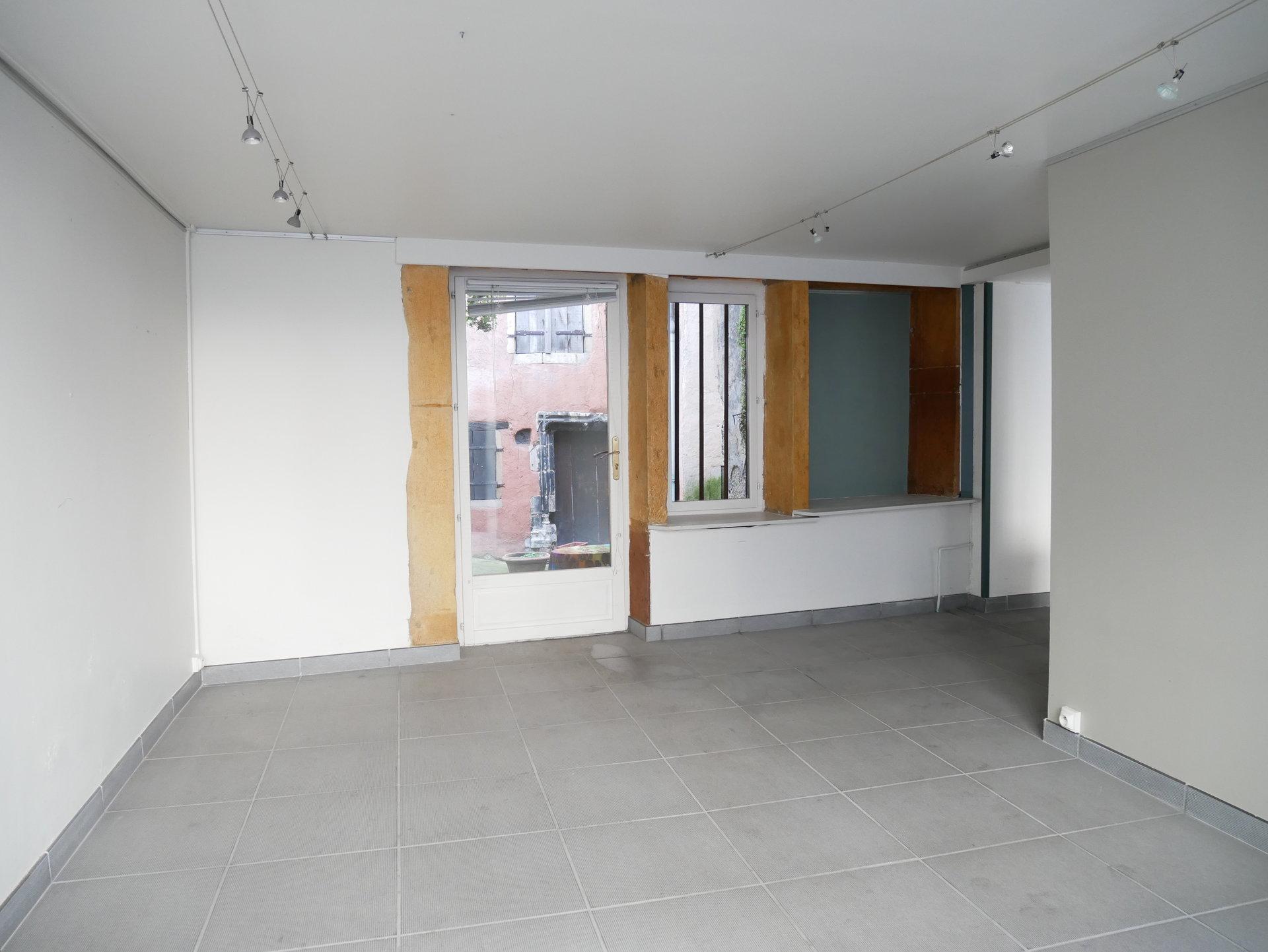 En plein coeur de ville, découvrez cette maison de ville atypique de 135 m², avec terrasse, courette et garage. Elevé sur trois niveaux, cet ensemble comprend un espace indépendant de 45 m² au RDC, donnant sur une courette privative, pouvant servir de commerce ou bureau. A l'étage, un appartement de trois pièces de 90 m², en duplex, bénéficie d'une terrasse privée et d'une vue privilégiée sur la Place Saint-Pierre. Le premier niveau comprend une cuisine équipée, un séjour, une salle de bains avec WC. L'étage comprend deux chambres en enfilade. Un garage non attenant et une cave enterrée viennent compléter ce bien original, dans lequel plusieurs fonctions sont envisageables. Honoraires à la charge du vendeur.