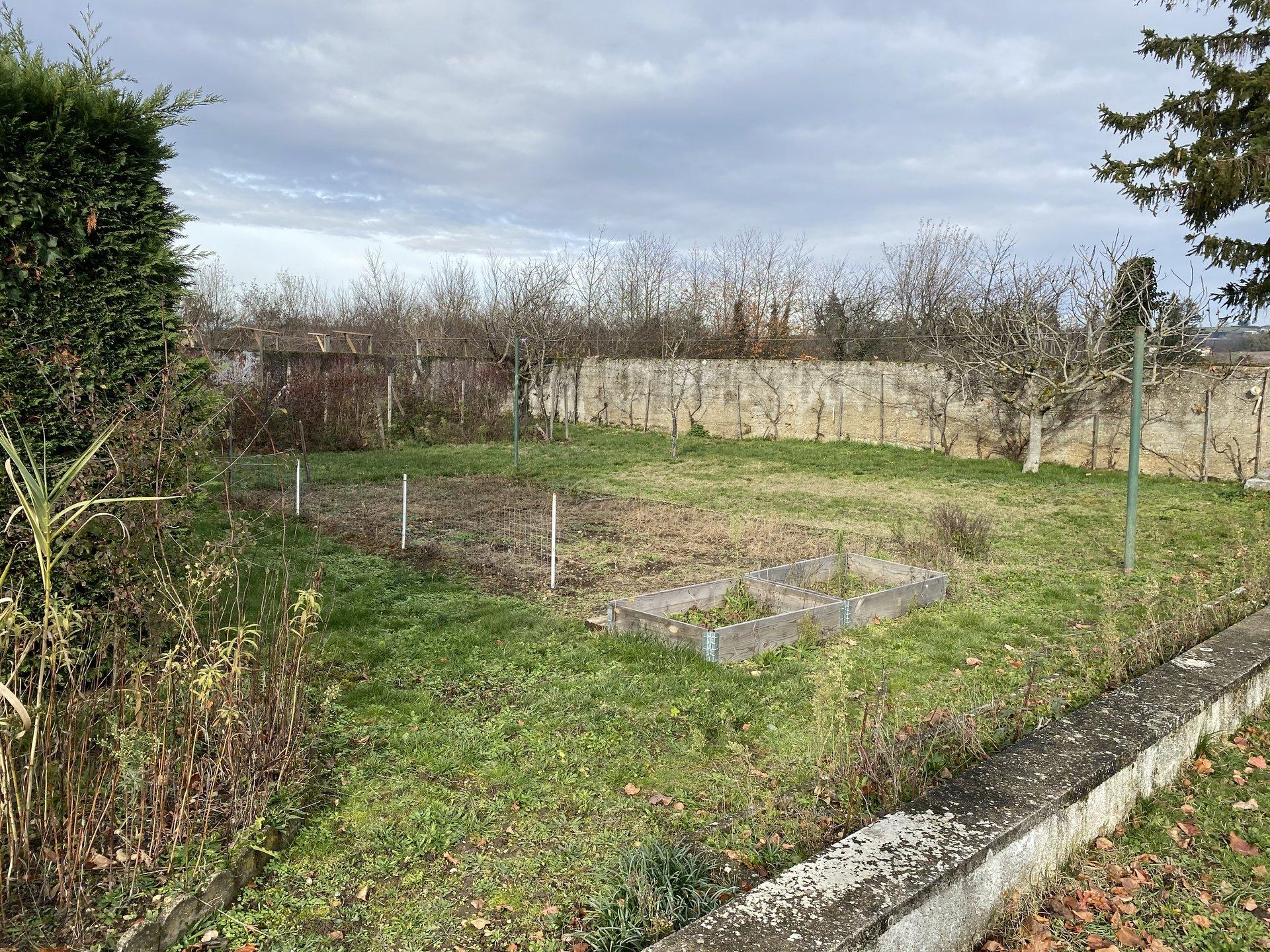 ESTRABLIN, Ancien corps de ferme de 154m² avec un ensemble de dépendances