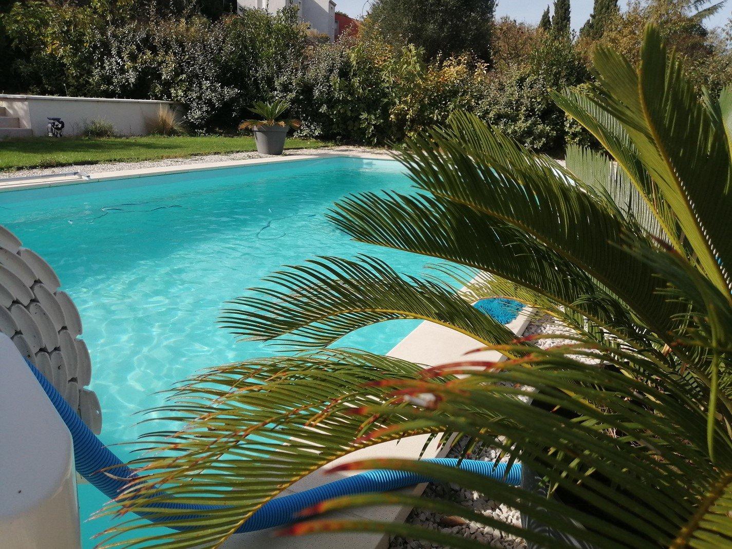 Vacker fastighet med pool och två fristående hus