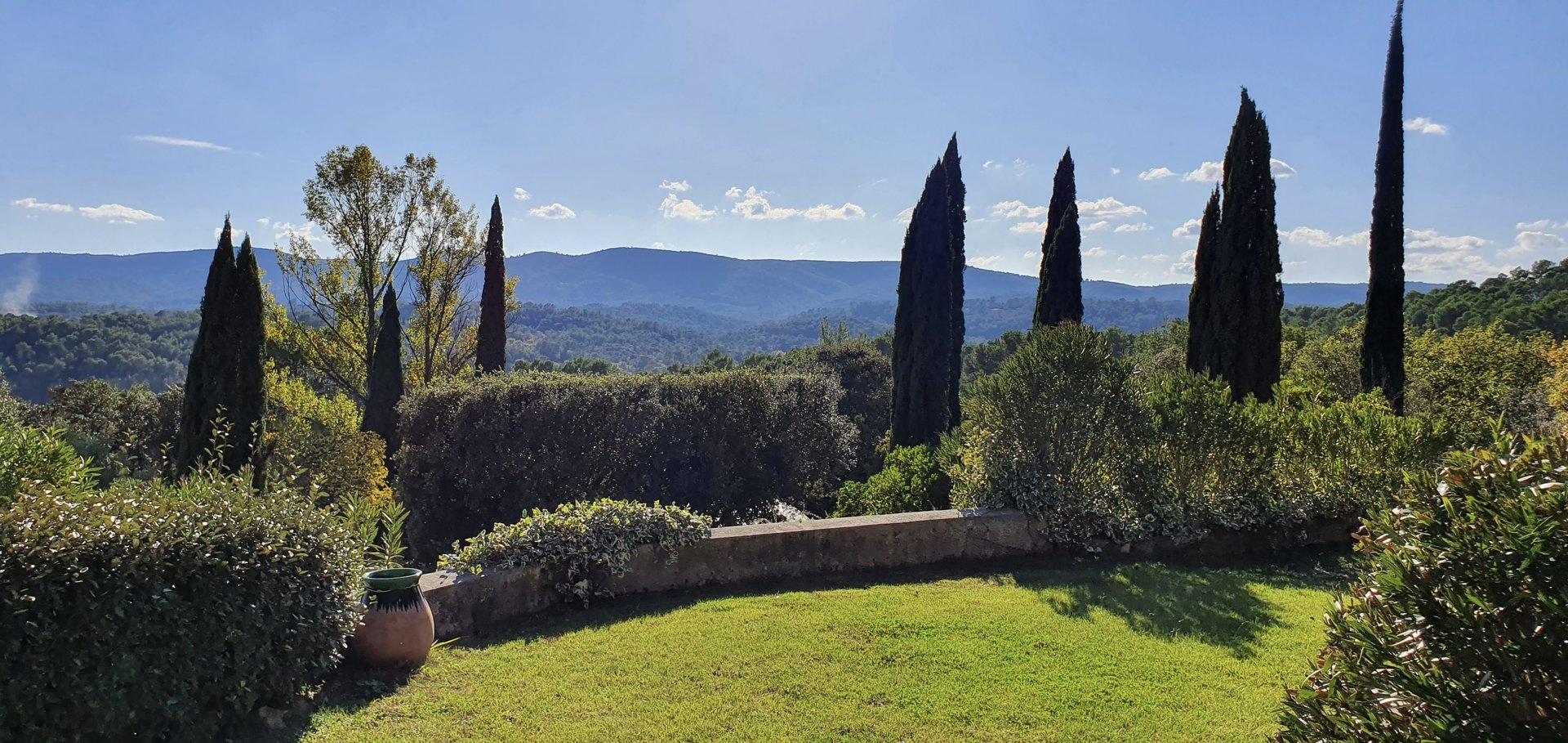 Magnifique propriété avec 15 hectares, oliviers et vue panoramique.