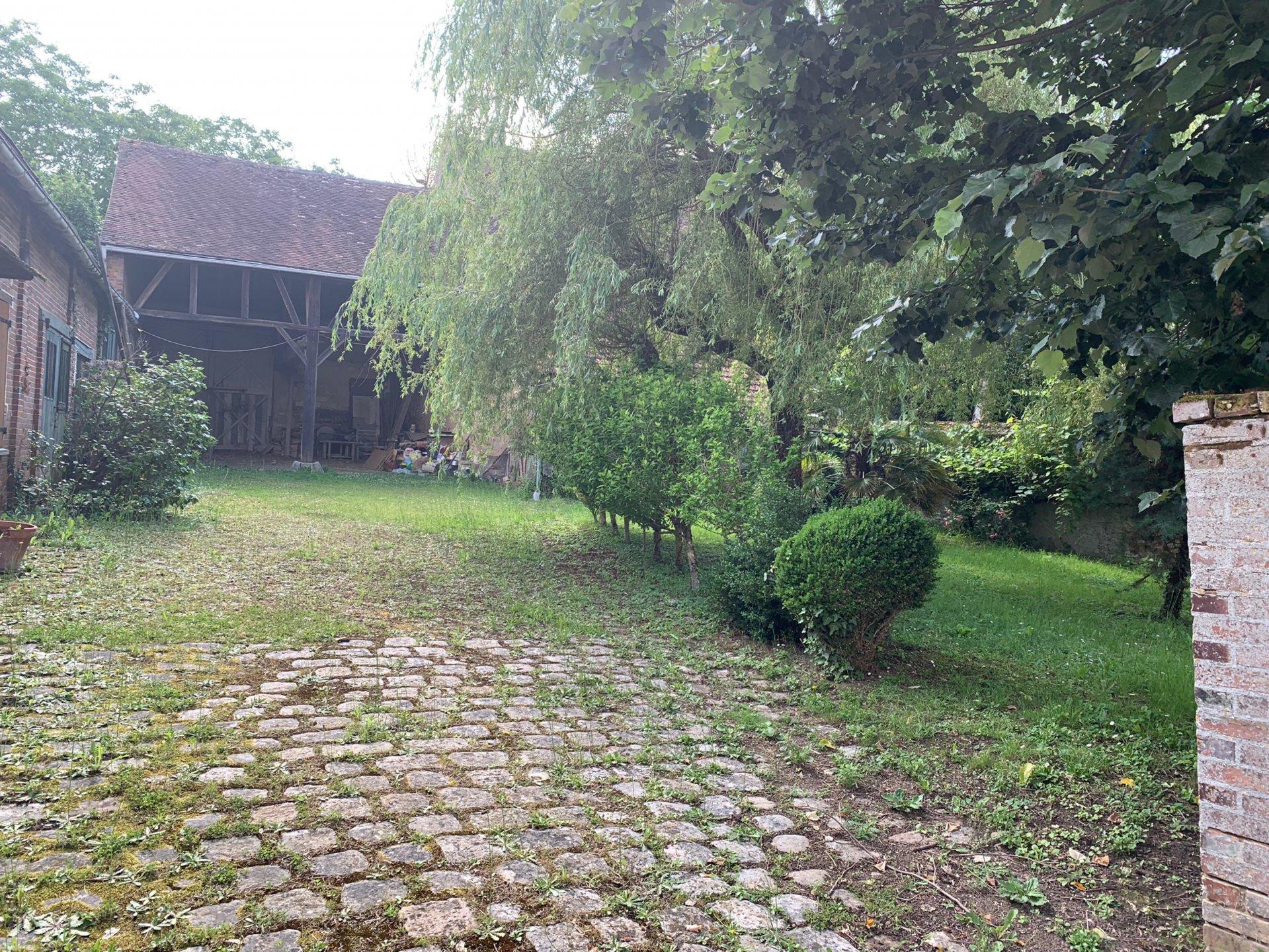 Proche de Cheroy, ensemble immobilier sur 1838 m² de terrain avec dépendances