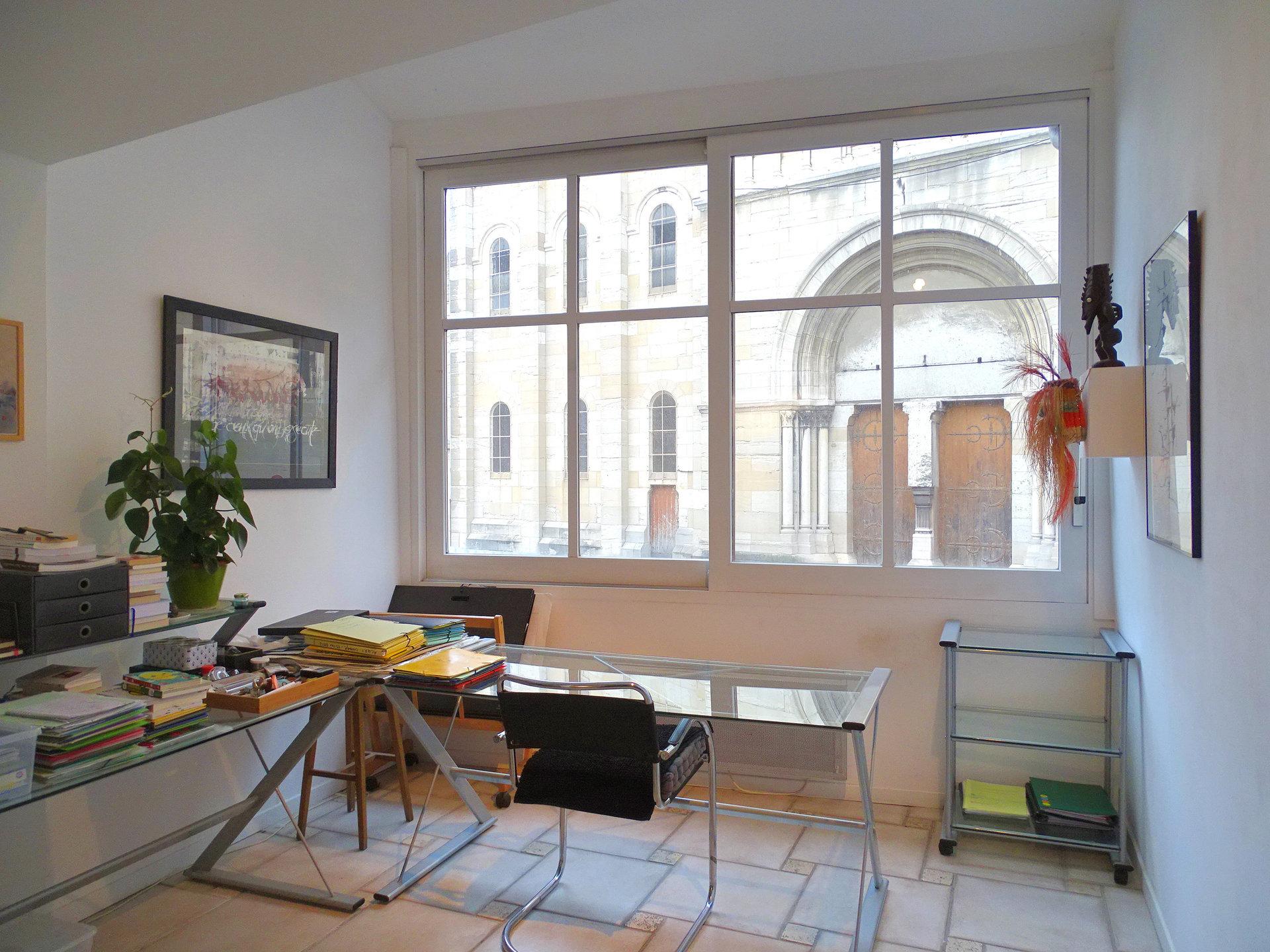 En plein coeur de ville, découvrez cet ensemble  atypique comprenant un espace commercial de 45m² au RDC, indépendant, avec sanitaires et donnant sur courette privative. A l'étage, un appartement de trois pièces de 90 m², en duplex, bénéficie d'une terrasse privée et d'une vue privilégiée sur la Place Saint-Pierre. Le premier niveau comprend une cuisine équipée, un séjour, une salle de bains avec WC. L'étage comprend deux grandes chambres en enfilade. Un garage non attenant et une cave enterrée viennent compléter ce bien original, dans lequel plusieurs fonctions sont envisageables. Honoraires à la charge du vendeur.