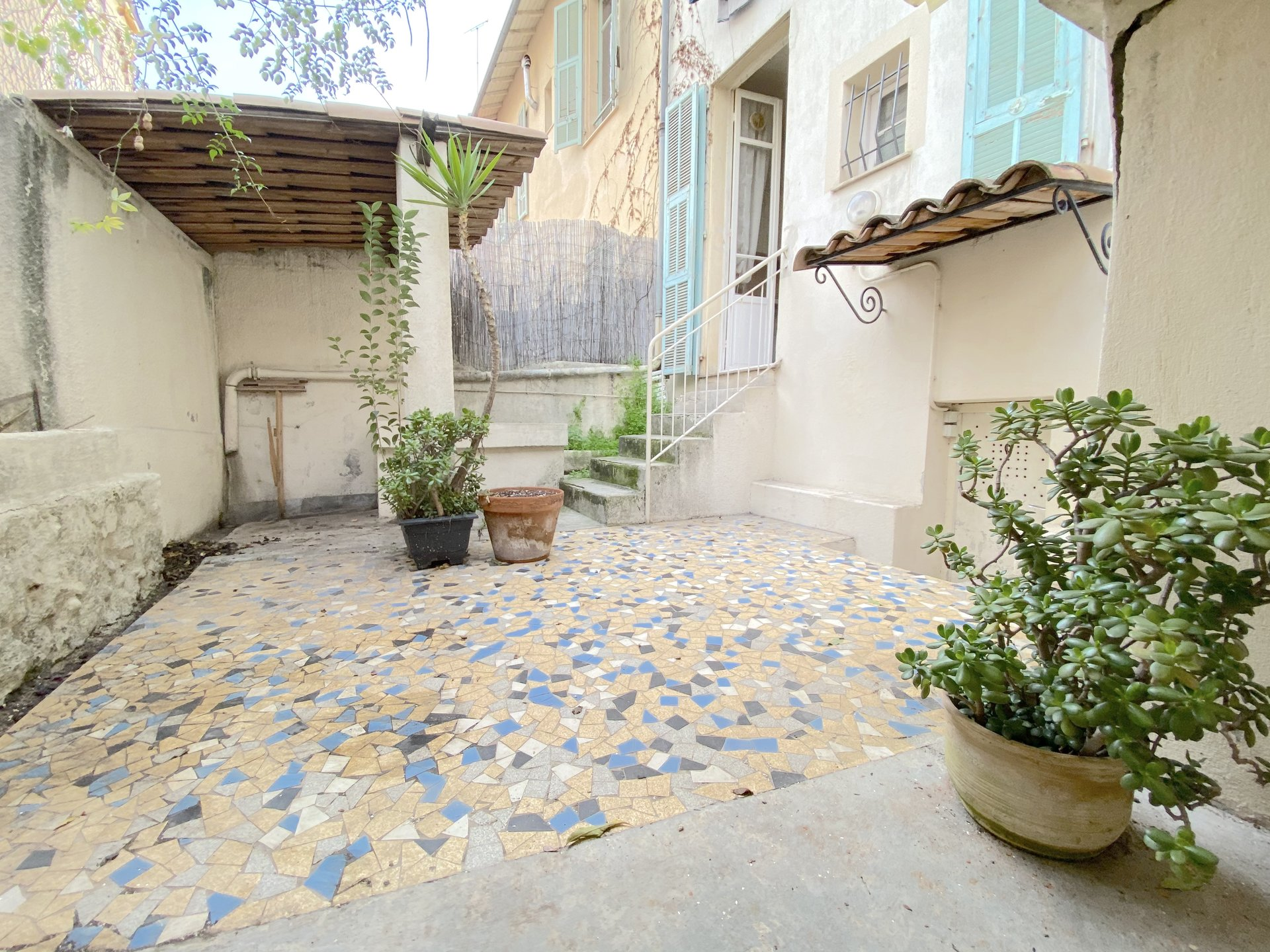 Bas Gorbella: Deux pièces en rez-de-jardin.