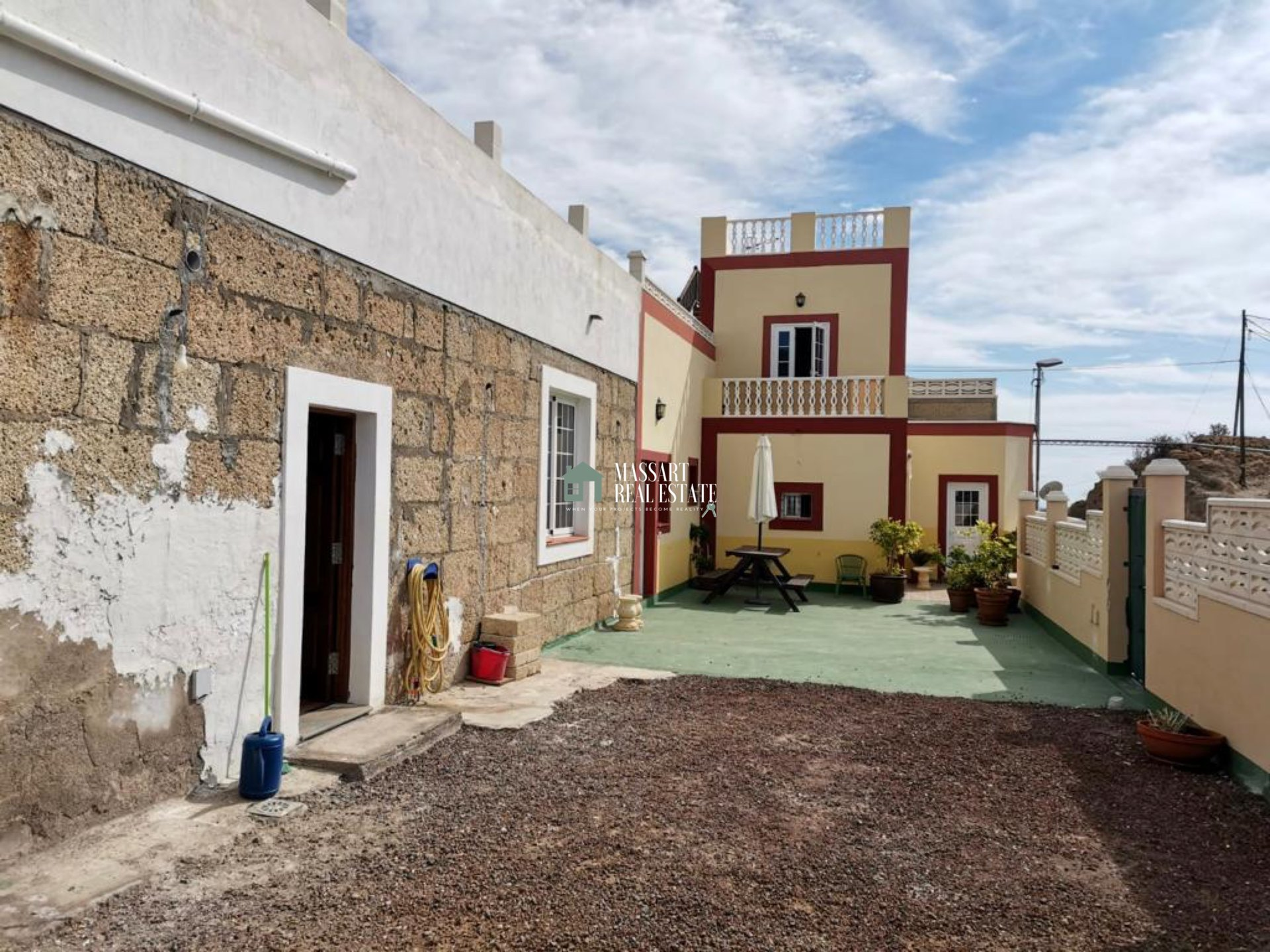 We present you today these complete and independent homes located on a 700 m2 plot in an environment of absolute tranquility in Granadilla de Abona.