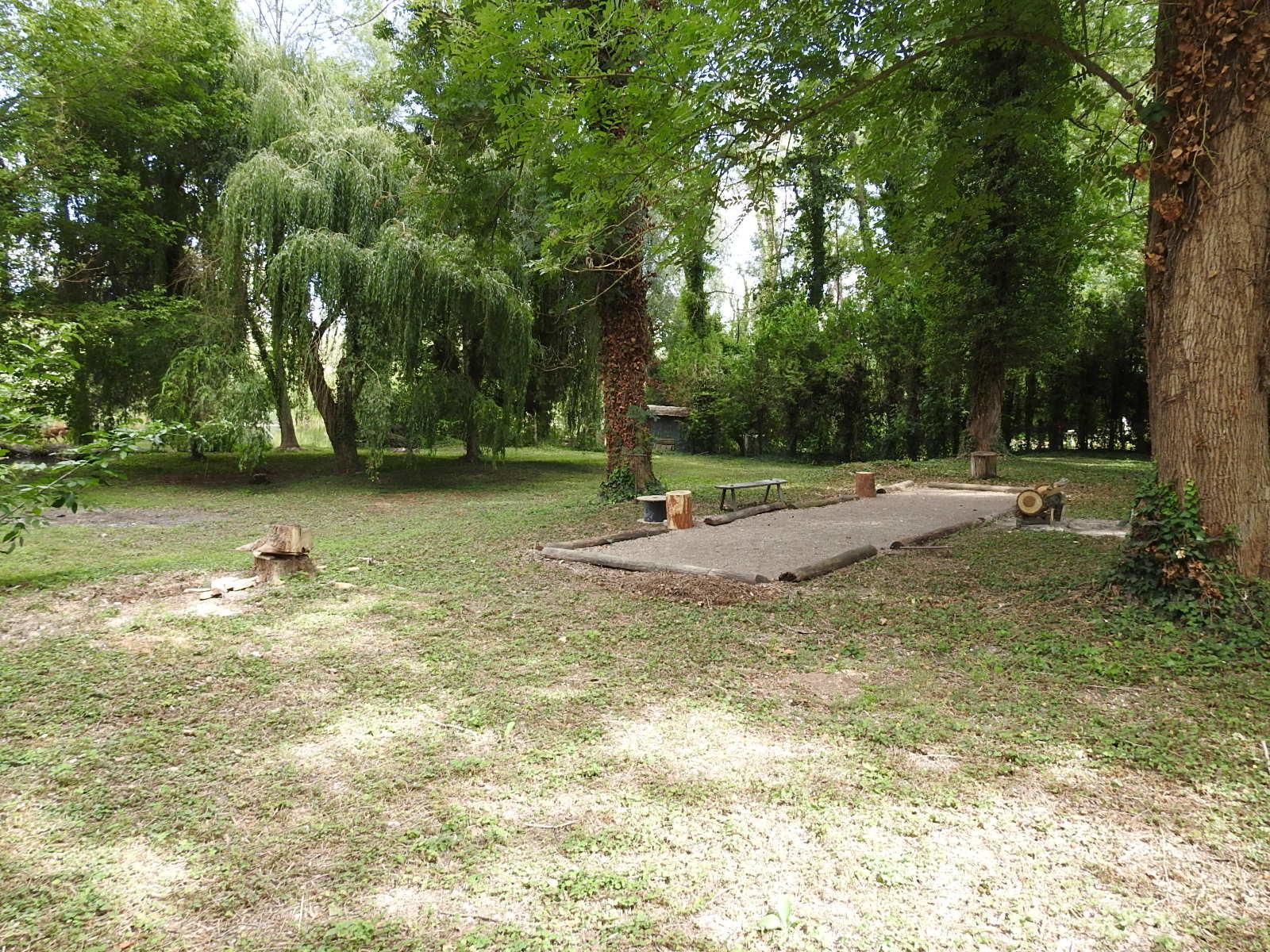 Terrain de loisir avec étang