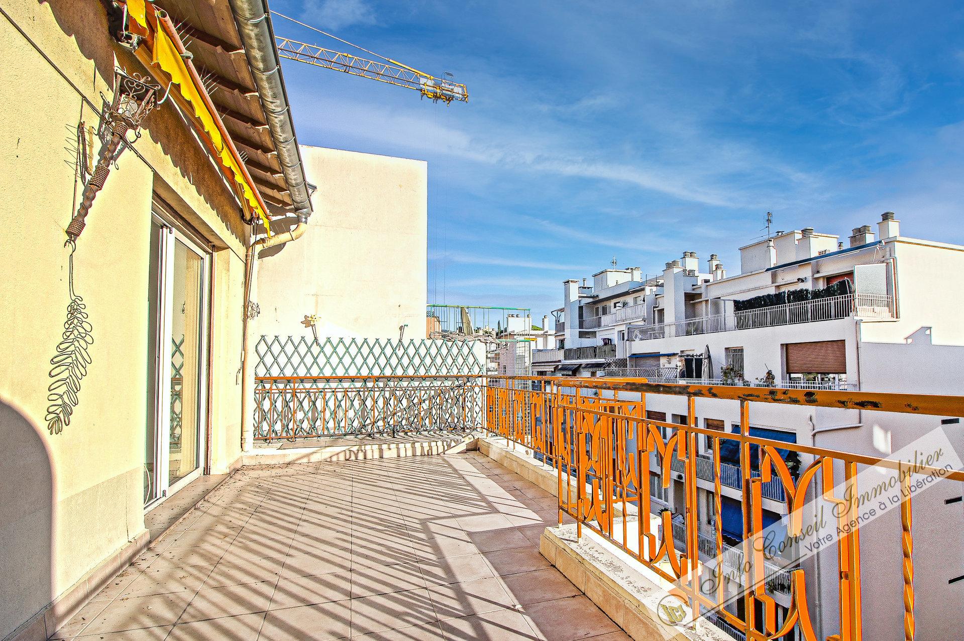 NICE NORD - Traverse Cessole - GRAND 2P - DERNIER ETAGE - Terrasse 18m² SUD - GARAGE - 238.000 €