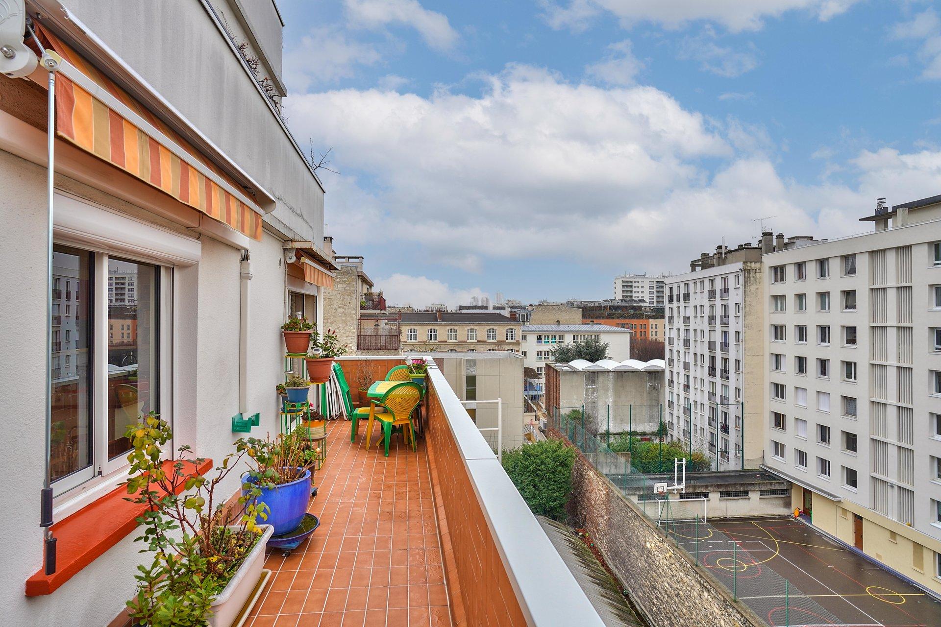 Paris - XVIII ème - JARDIN HENRI SAUVAGE - M° Simplon - 4 PIÈCES - TRAVERSANT - 3 CHAMBRES - ÉTAGE ÉLÉVÉ AVEC ASCENSEUR - TERRASSE - VUE - SOLEIL - CALME ABSOLU