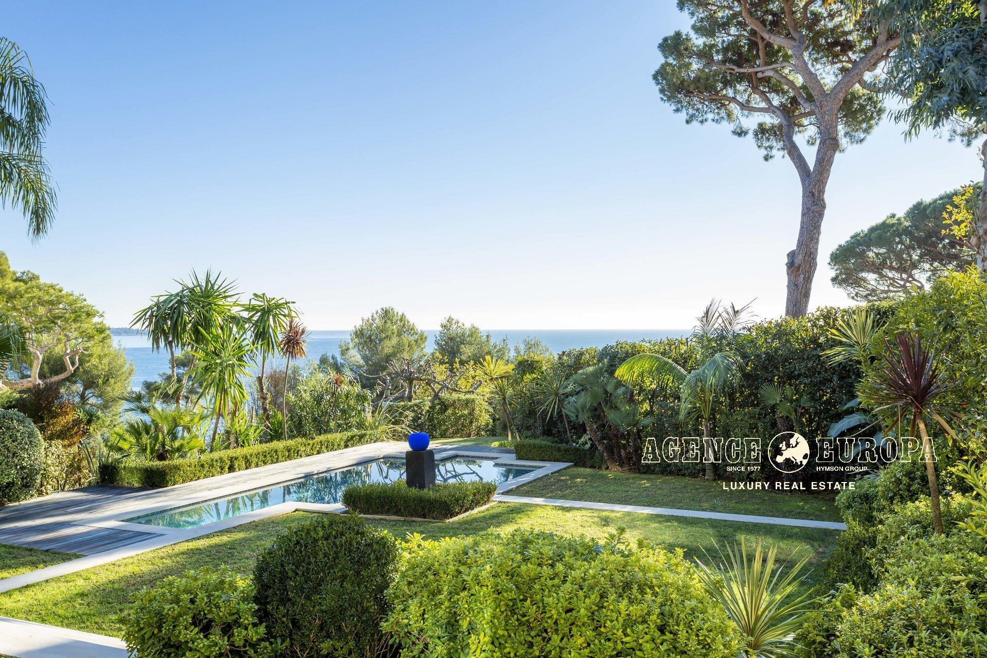 CANNES CALIFORNIE – SPLENDID VILLA  IN A GATED DOMAIN WITH LOVELY SEA VIEW