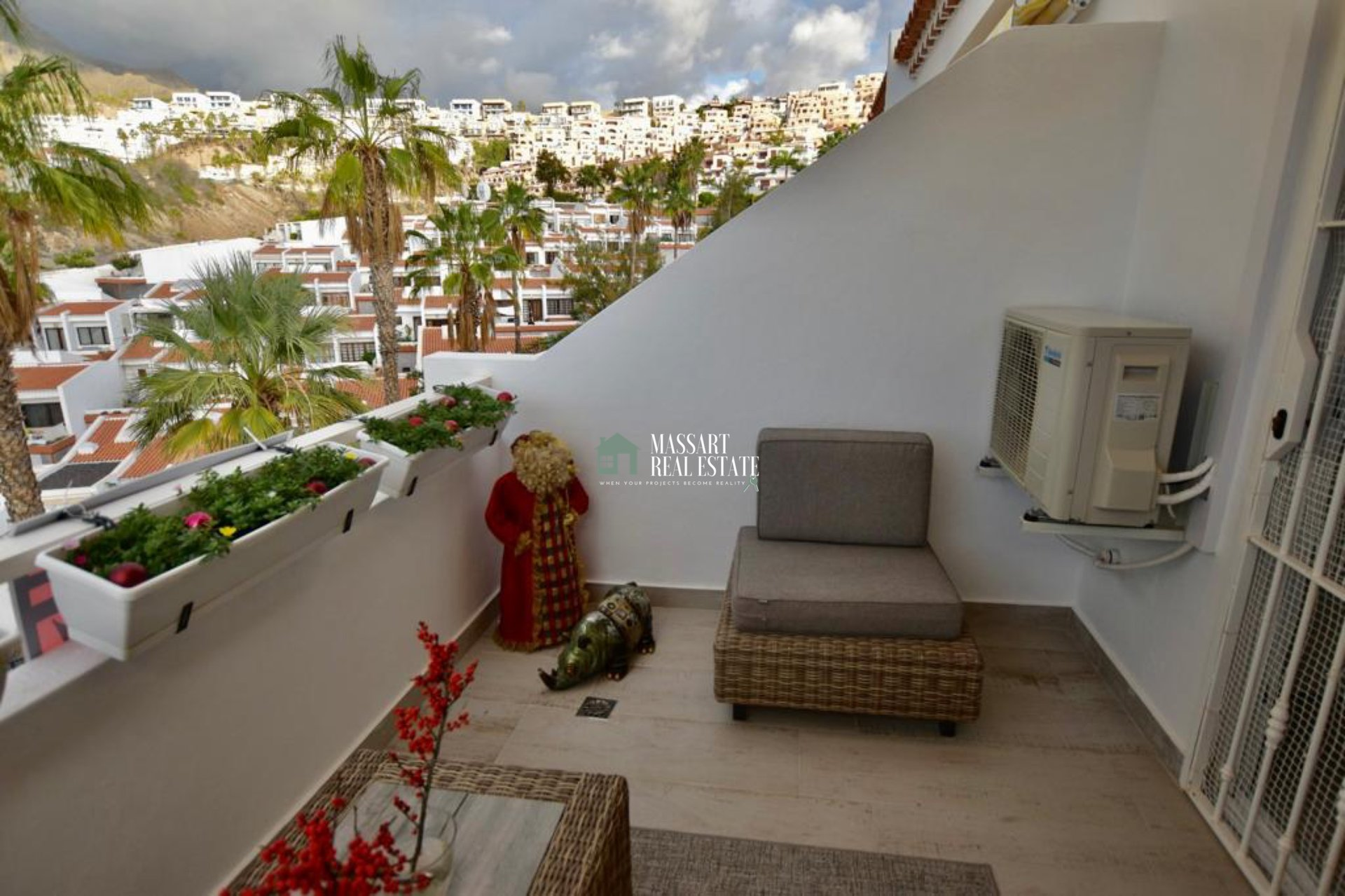 Modern apartment for sale in San Eugenio Alto (Adeje), in the Island Village Heights residential complex, characterized by offering panoramic views and wonderful sea views.