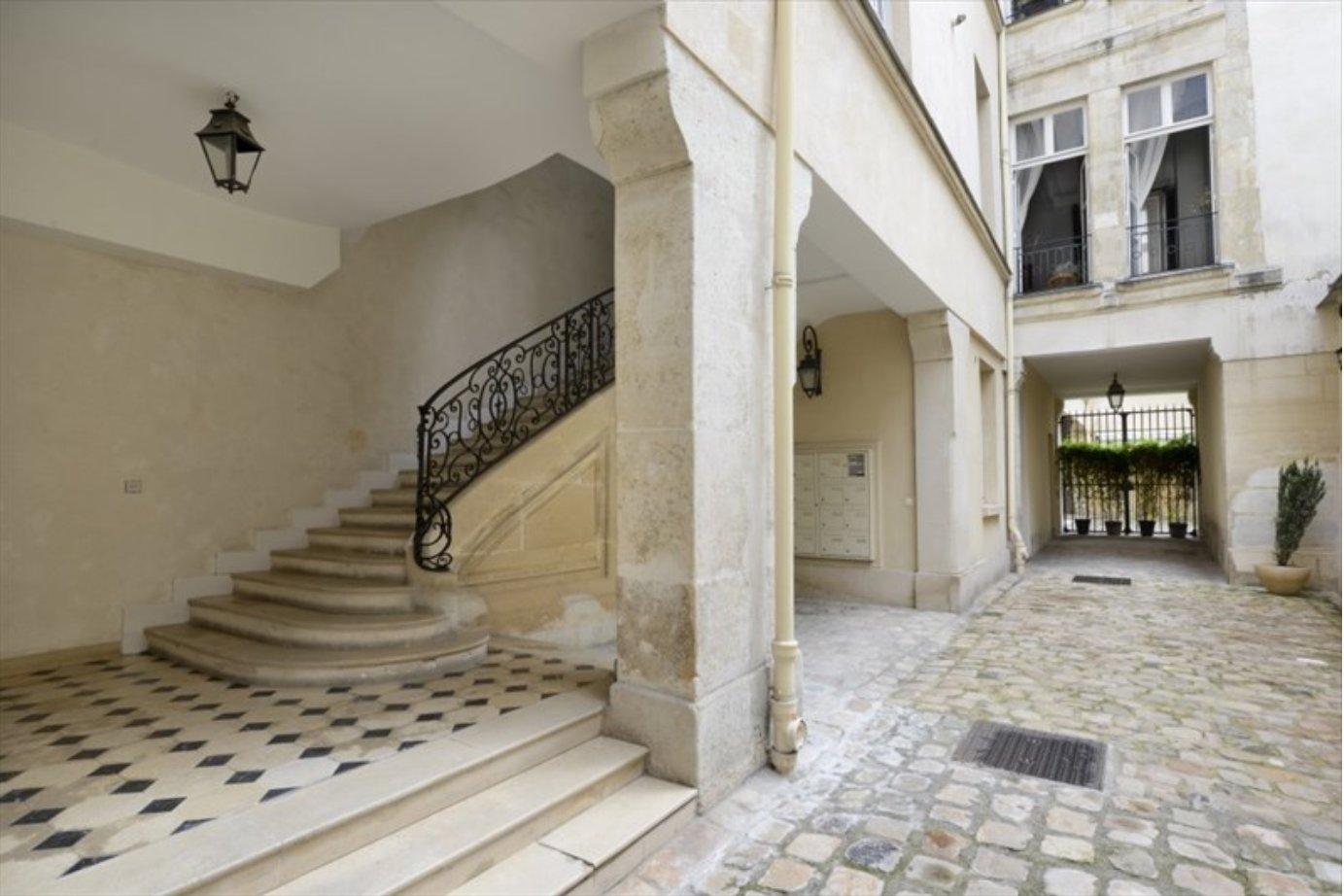 PLACE DES VOSGES (Près) - 75003 PARIS