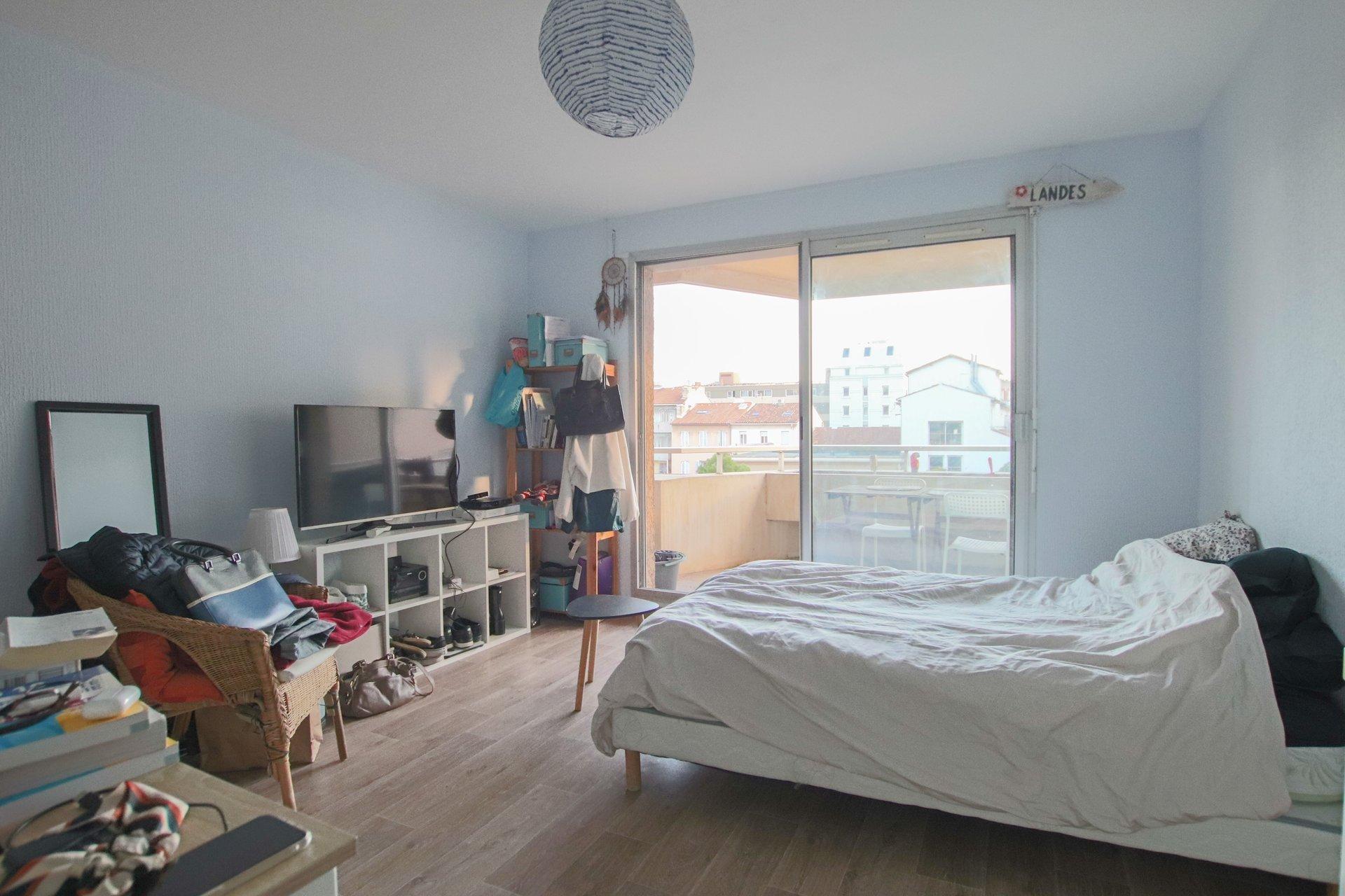 LE ROUET - Studio meublé en étage élevé avec vue et garage en sous-sol