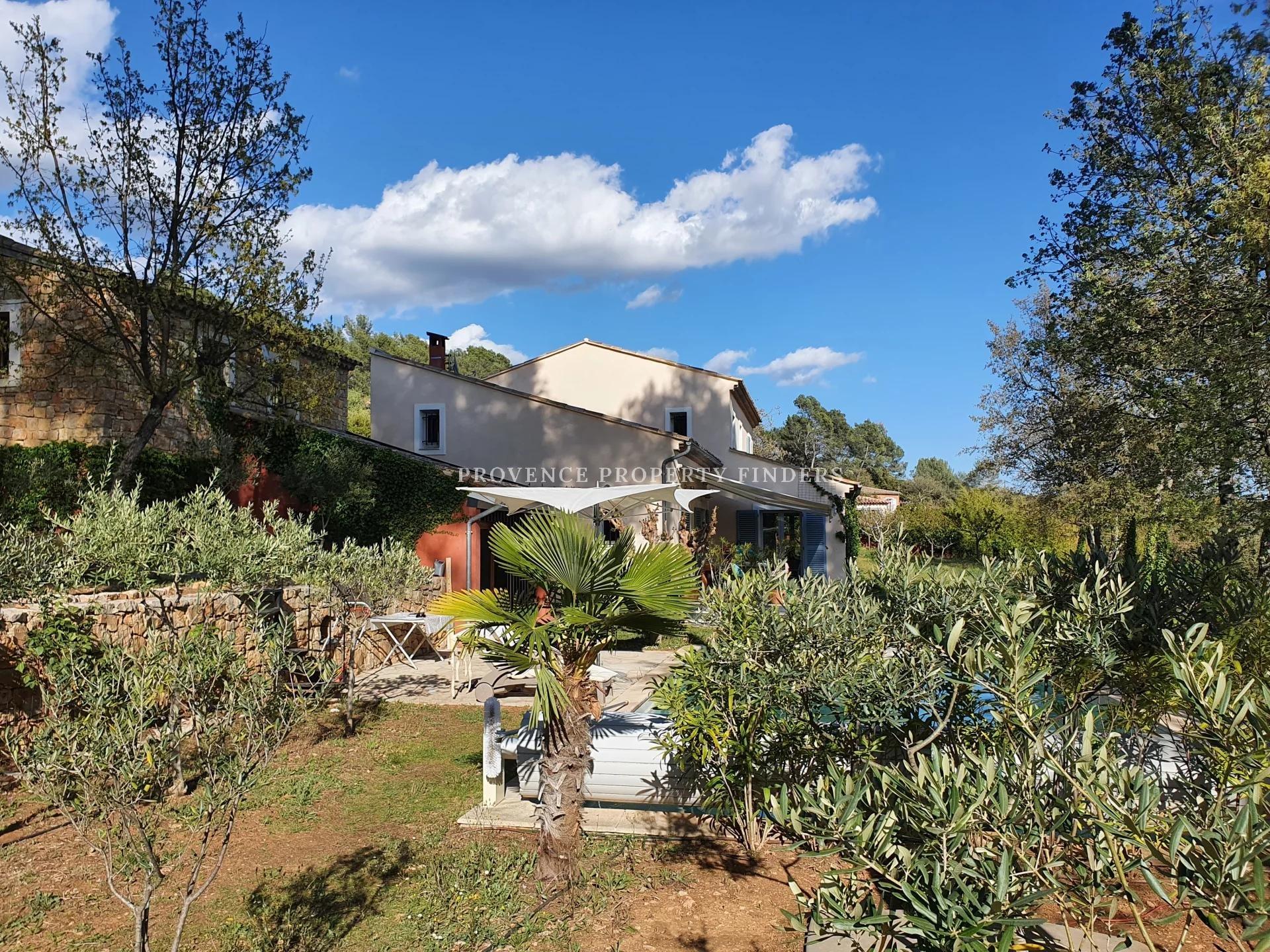 Entrecasteaux. Moderne Provençaalse villa .