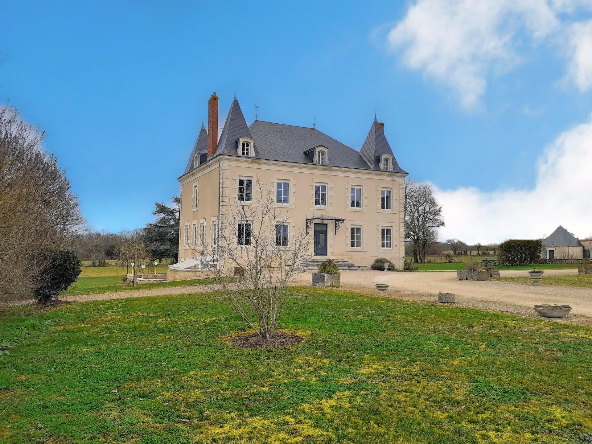 Perfectly renovated Chateau with guardian house in 2.78 hectares of park
