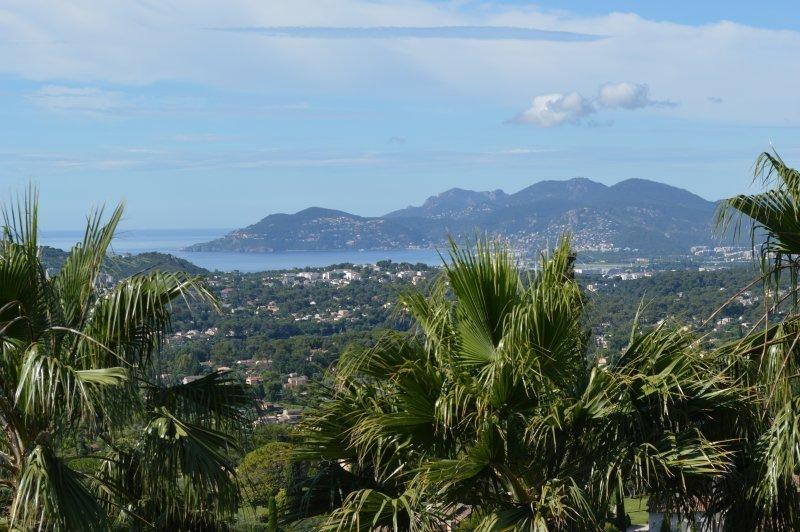 Jolie villa avec vue sur la mer à quelques pas du village de Mougins.