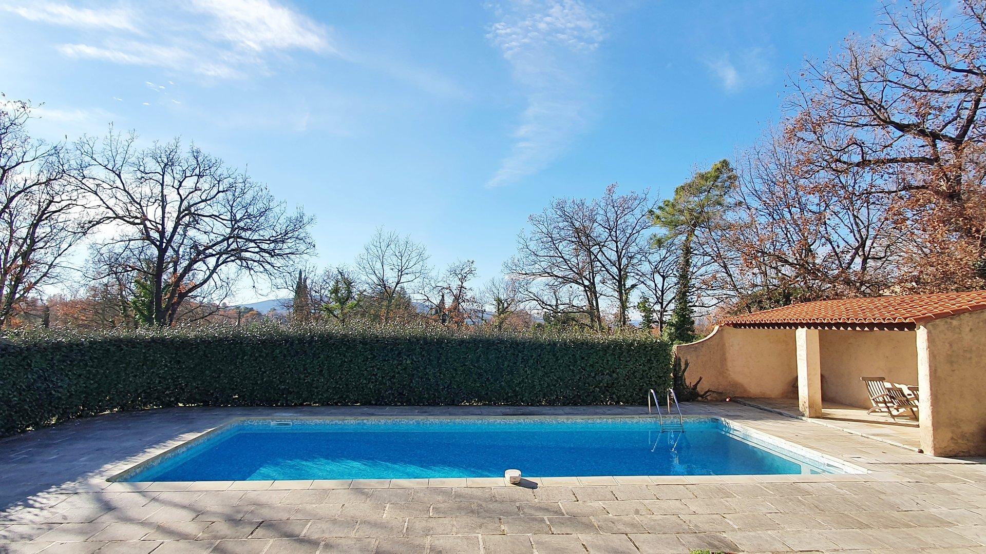 Saint Paul en Foret: maison sur terrain plat avec piscine