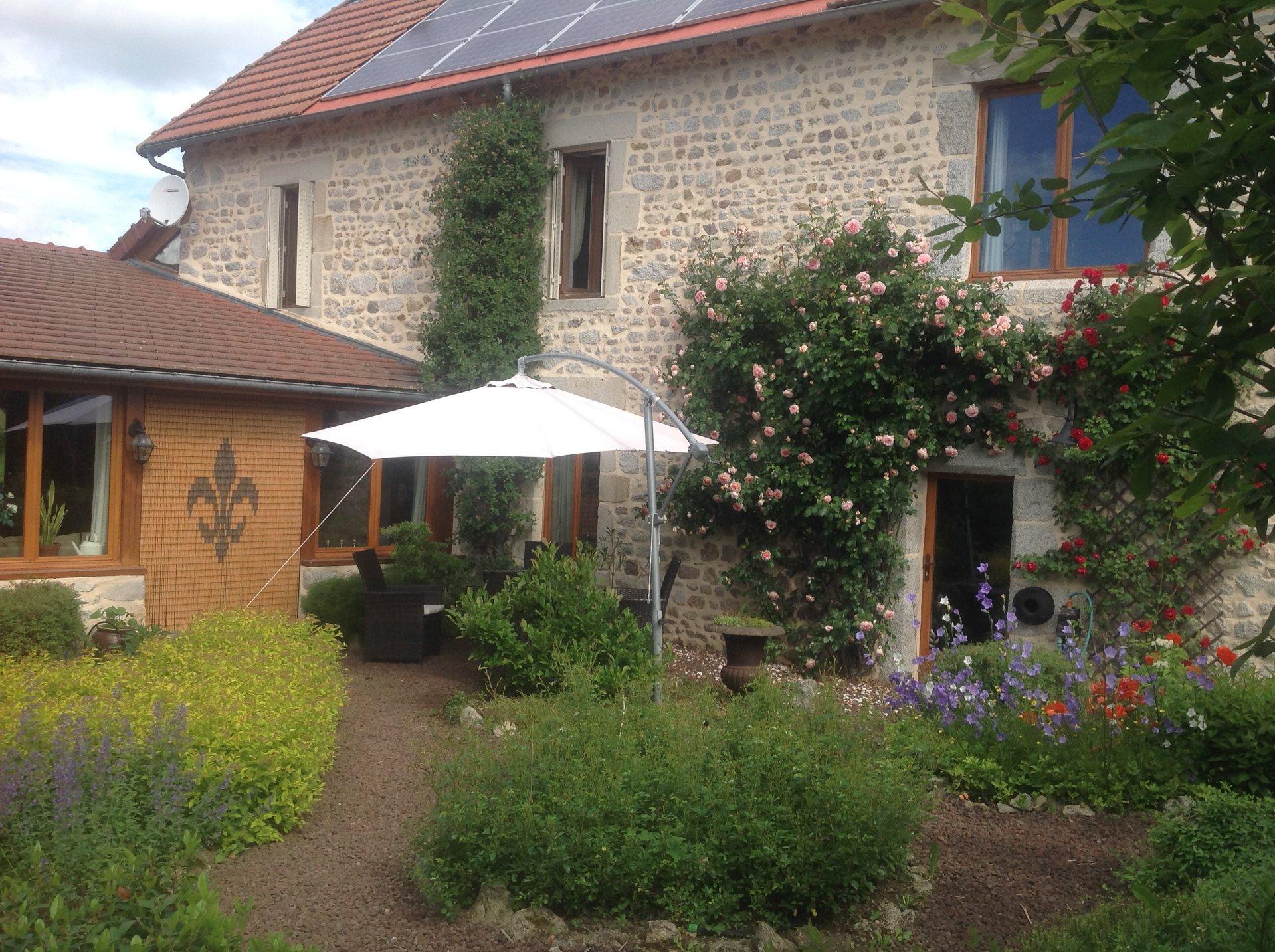 Te koop in de Puy de Dôme, gerenoveerd huis met bijgebouwen.