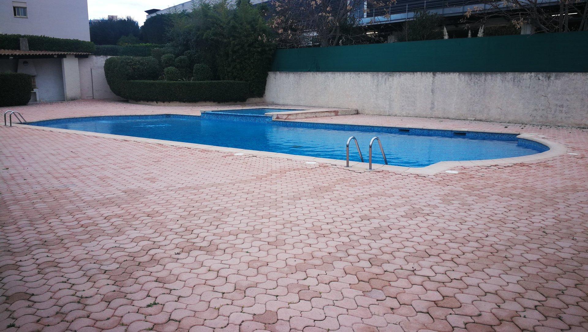 SAINT LAURENT DU VAR Vaste F1 dans résidence piscine