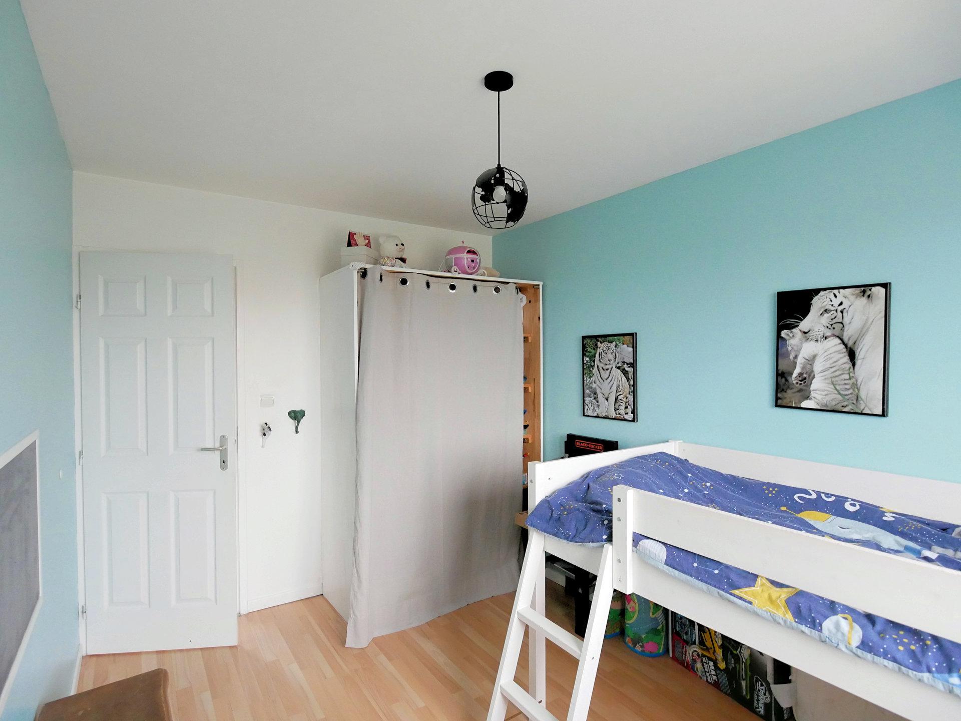 SOUS COMPROMIS DE VENTE - Dans un environnement calme et verdoyant, découvrez cette maison familiale construite en 2009, située à 20 minutes de MACON. D'une surface d'environ 100 m², elle comprend une pièce de vie avec espace salon, séjour et une cuisine ouverte et équipée, bénéficiant d'une cheminée et d'une climatisation réversible, et donnant sur une belle terrasse. Le dégagement central distribue quatre chambres avec placard, une salle de bains avec baignoire, un toilette indépendant et un garage attenant. Le jardin de 874m² bénéficie d'un espace stationnement. Vous apprécierez l'environnement et la fonctionnalité de cette maison récente. Honoraires à la charge du vendeur.