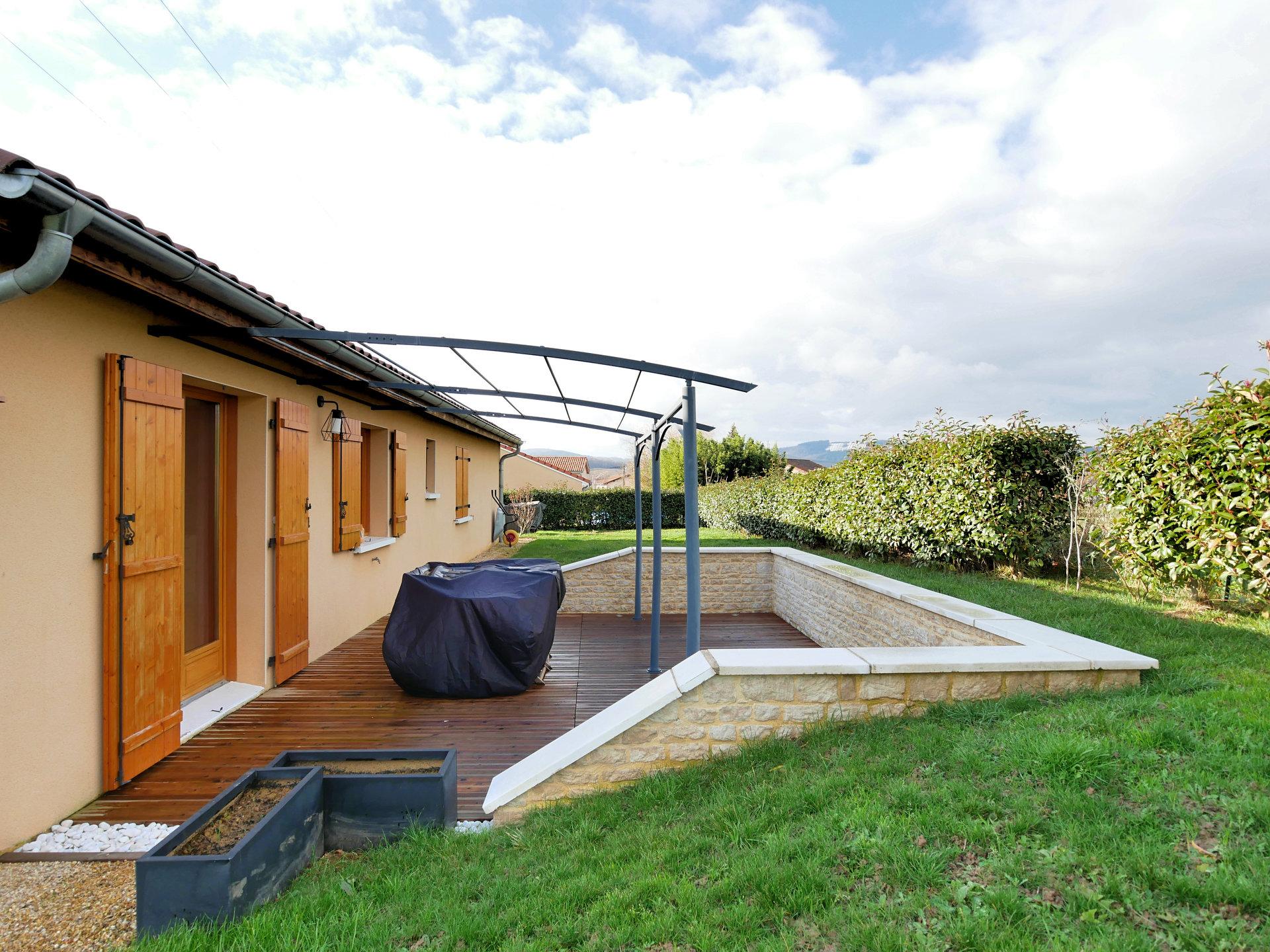 Dans un environnement calme et verdoyant, découvrez cette maison familiale construite en 2009, située à 20 minutes de MACON. D'une surface d'environ 100 m², elle comprend une pièce de vie avec espace salon, séjour et une cuisine ouverte et équipée, bénéficiant d'une cheminée et d'une climatisation réversible, et donnant sur une belle terrasse. Le dégagement central distribue quatre chambres avec placard, une salle de bains avec baignoire, un toilette indépendant et un garage attenant. Le jardin de 874m² bénéficie d'un espace stationnement. Vous apprécierez l'environnement et la fonctionnalité de cette maison récente. Honoraires à la charge du vendeur.