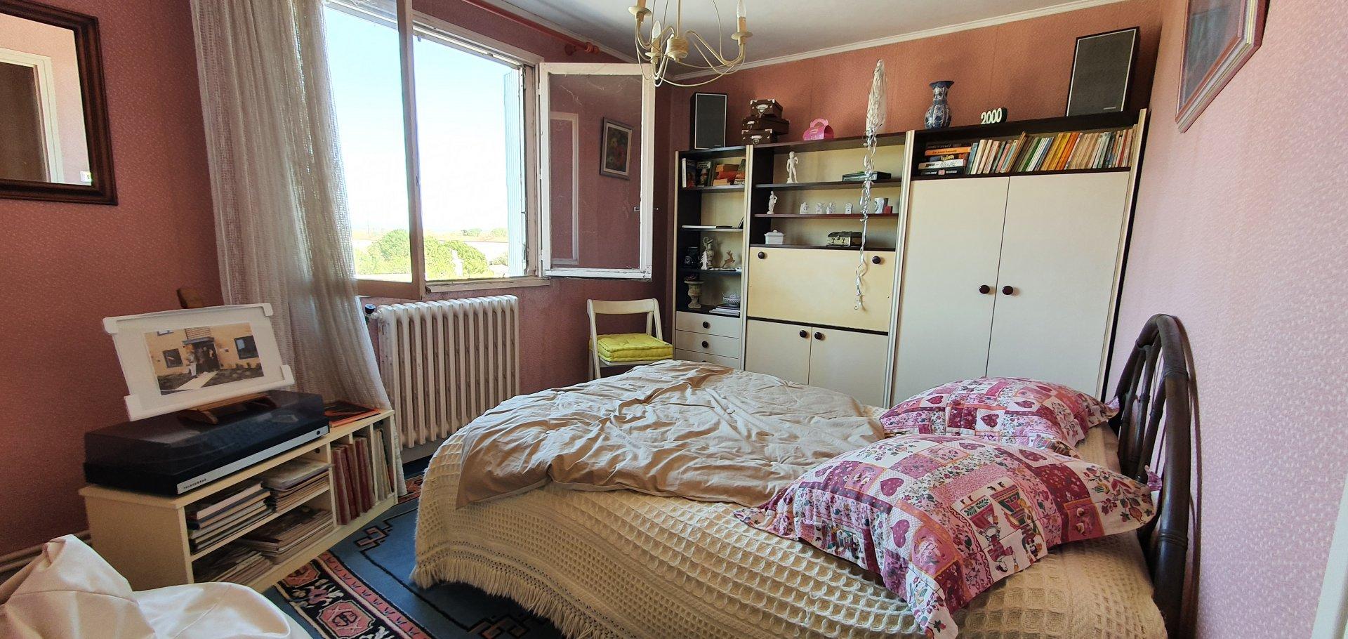Maison avec terrasse et entrepots