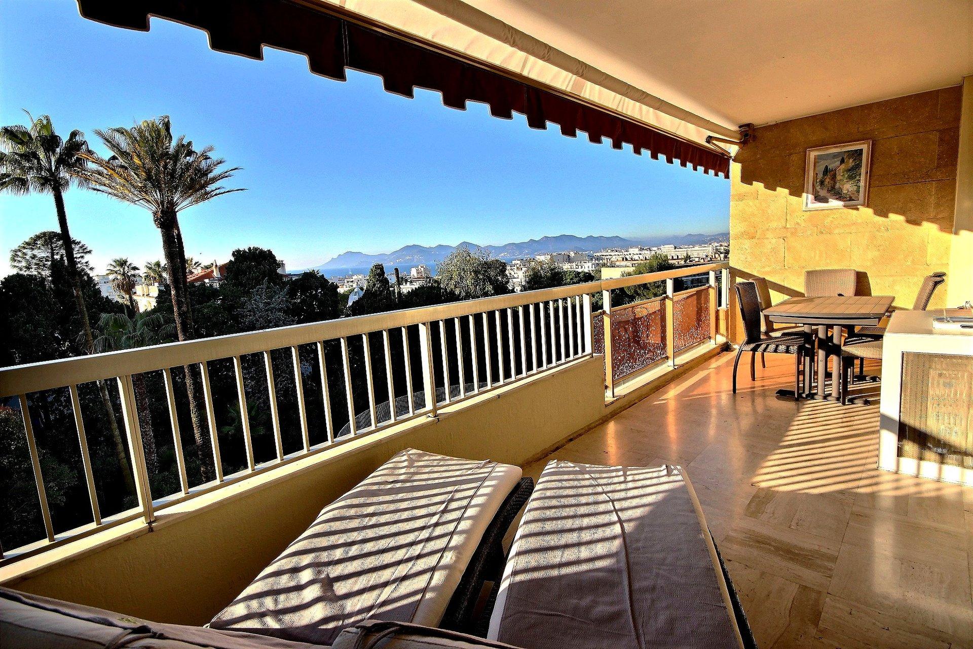 Helrenoverad lägenhet med terrass och havsutsikt i Cannes