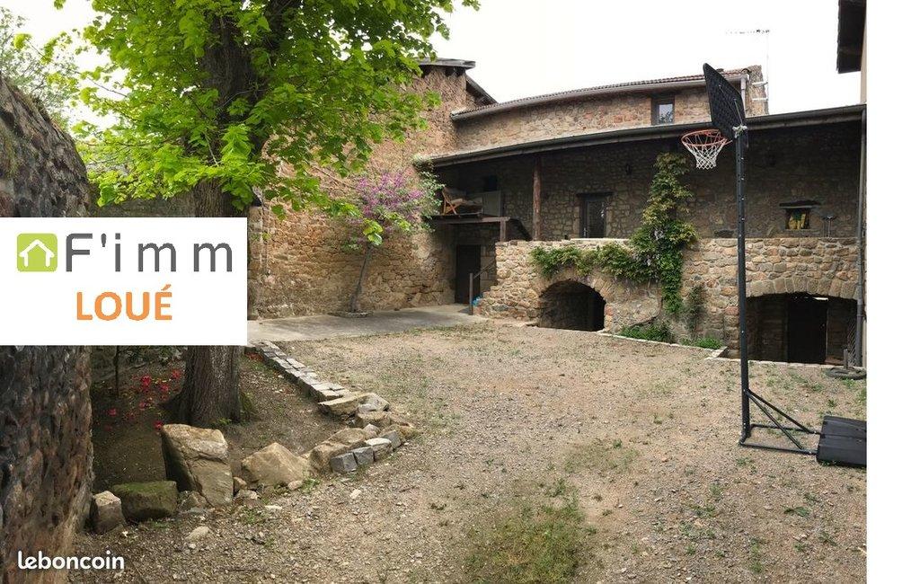 Maison meublée, terrasse, cour fermée, cave, calme.