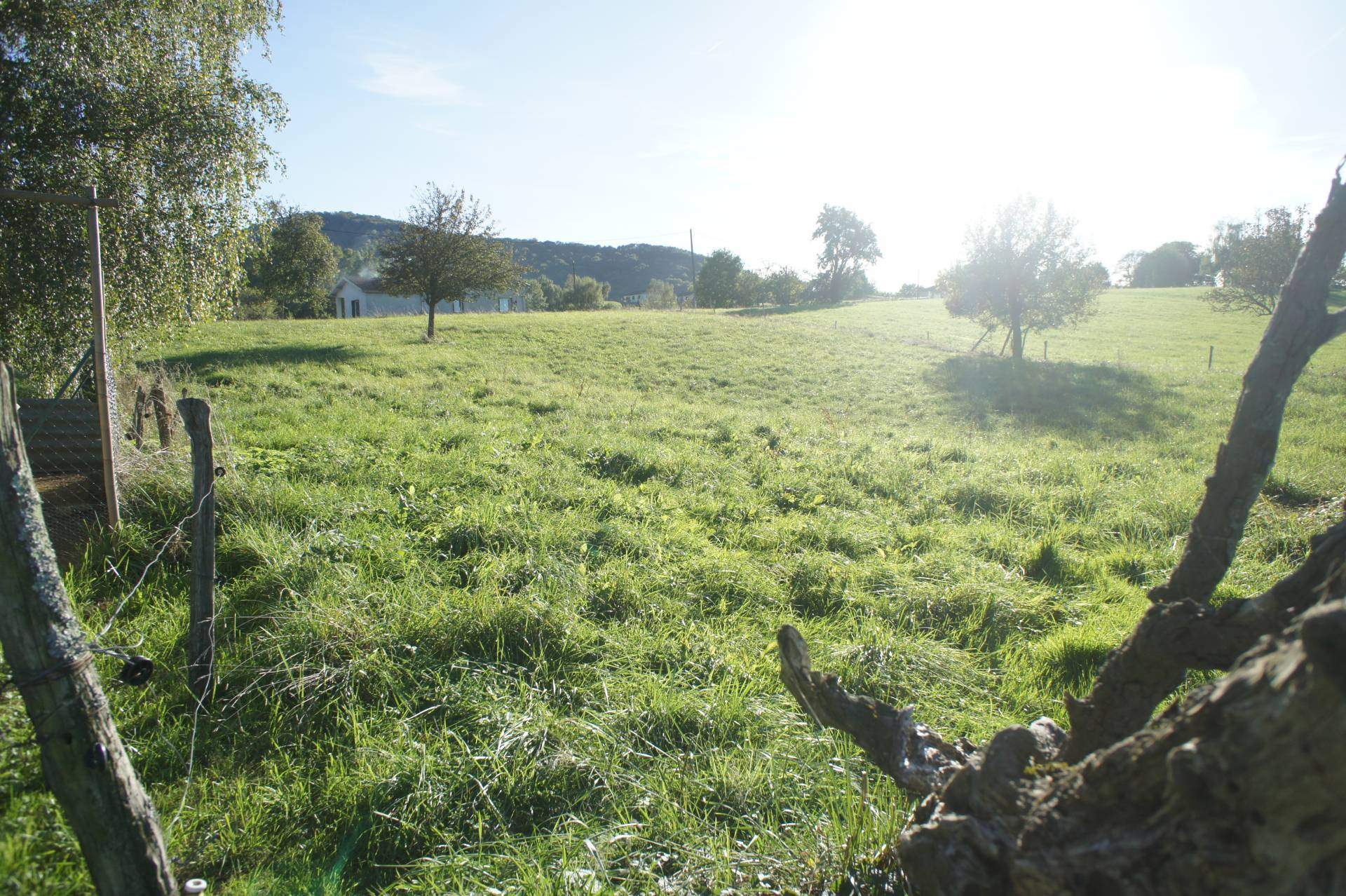 ASPET close, quiet, on the edge of a village, nice flat building of 3500 m², open views over the surrounding countryside and the Pyrenees. € 43,000 F.A.I.