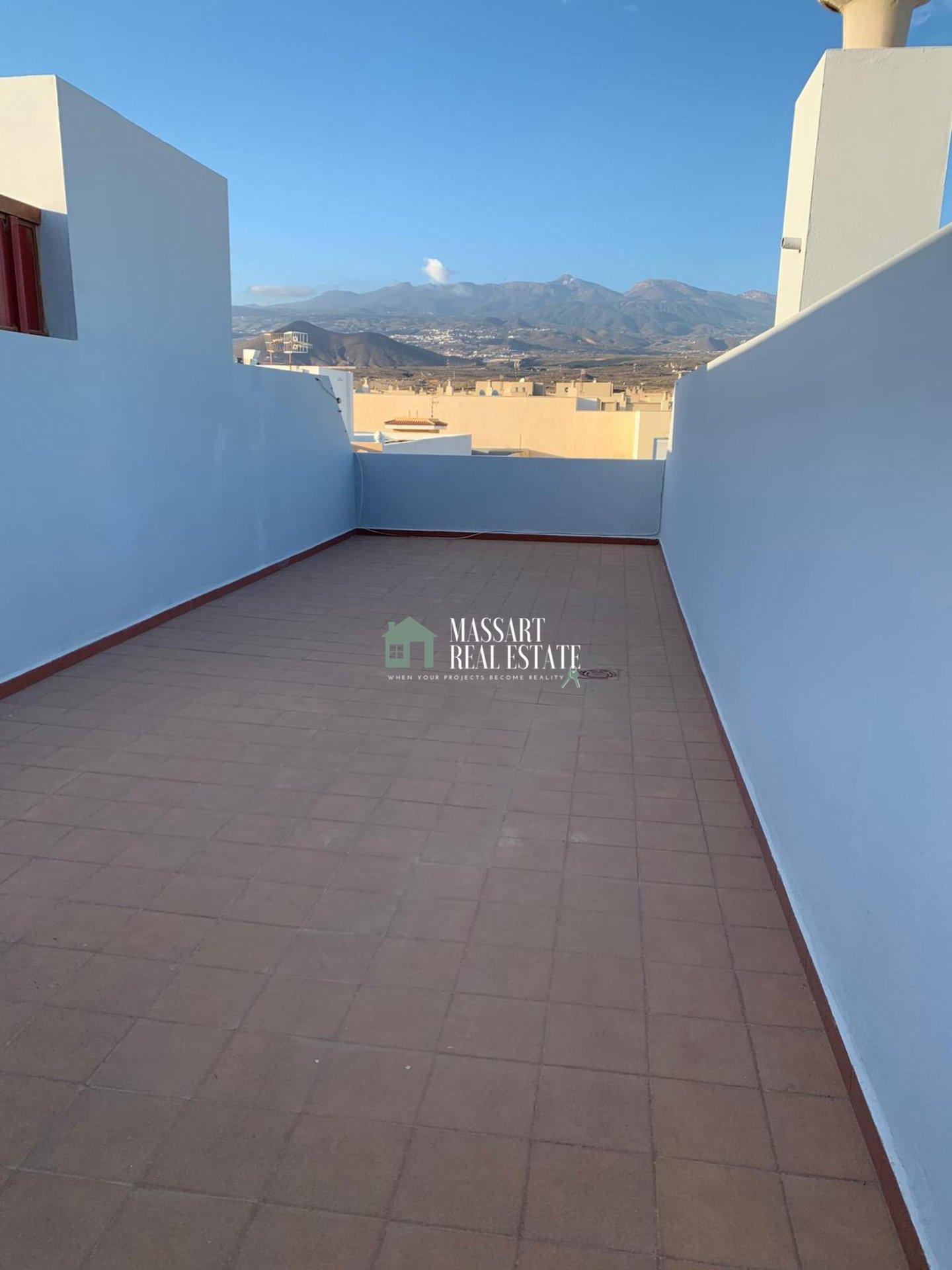 En alquiler en Los Abrigos, ático dúplex caracterizado por su estilo lujoso y por ofrecer una amplia terraza privada con vistas a la montaña.
