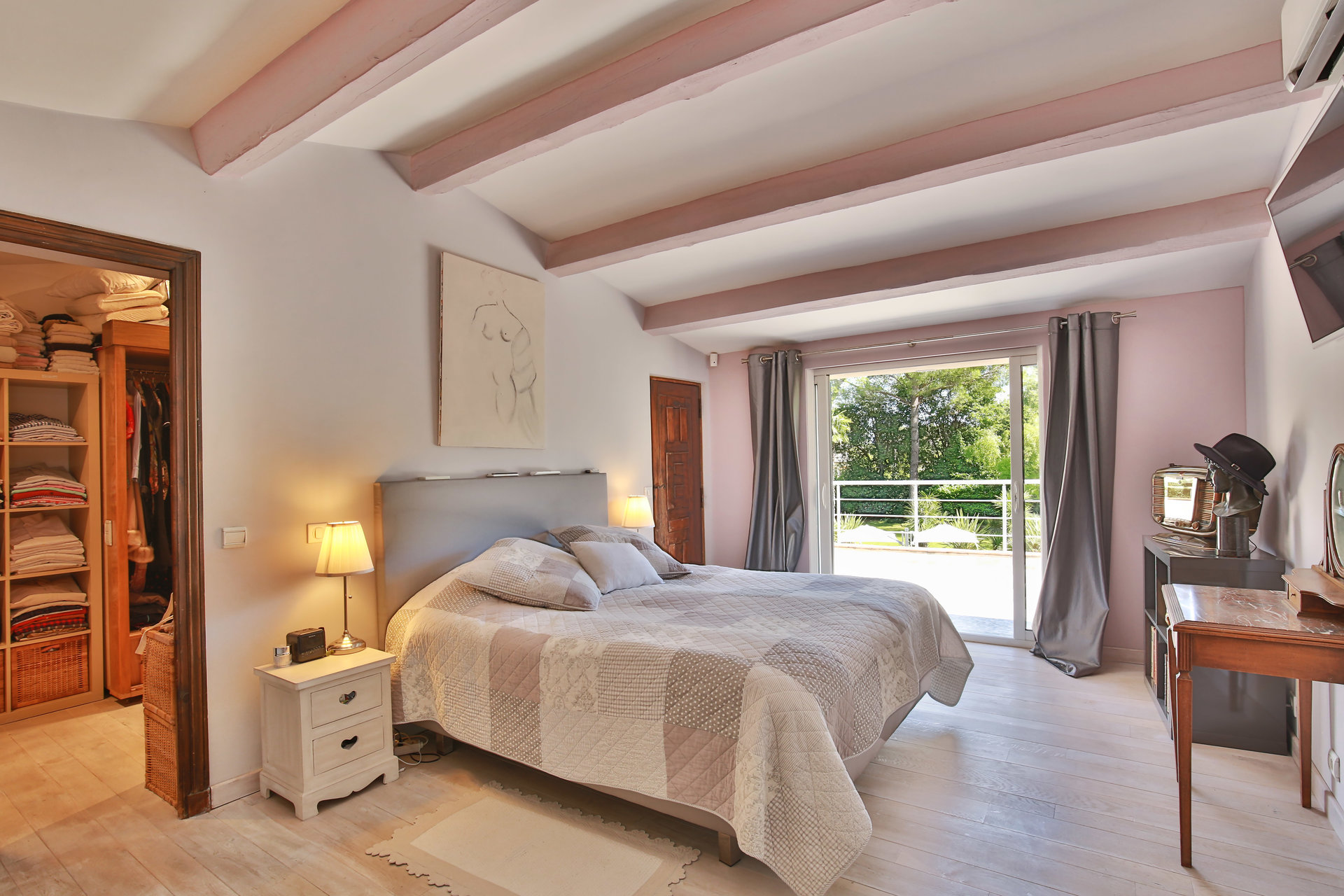 Spacieuse villa avec maison d'amis à pied du village de Valbonne
