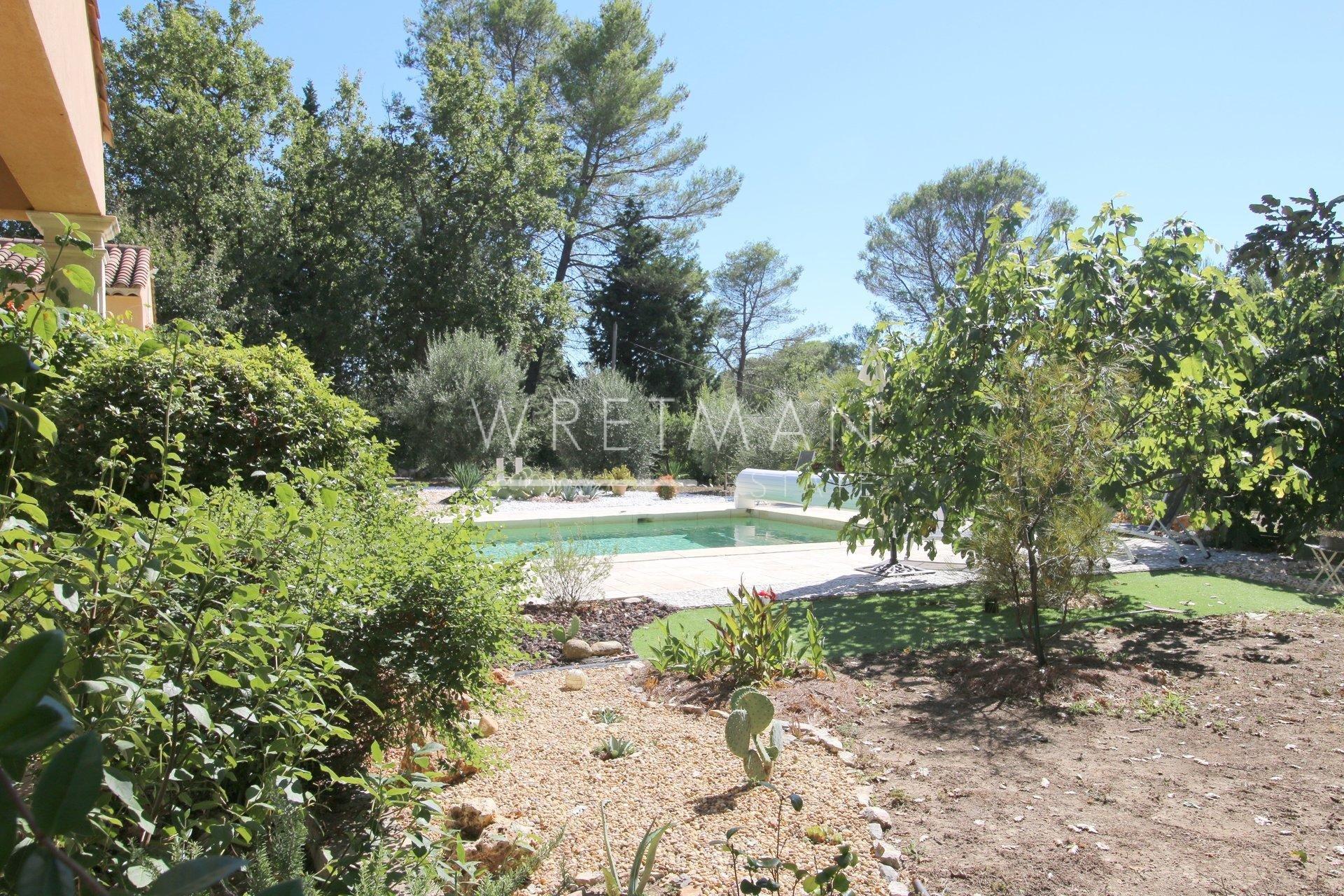 Charmig byggnad med pool - Seillans