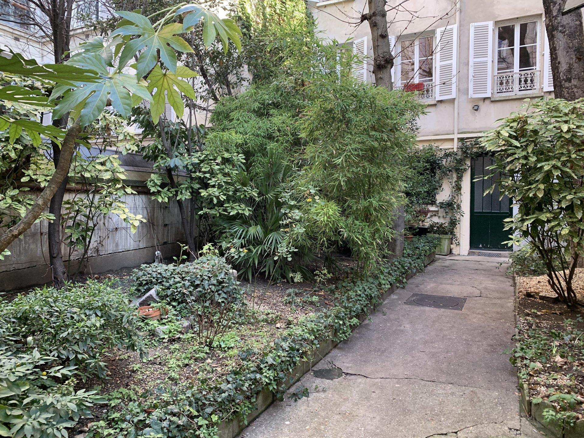 Paris - XVII ème - BATIGNOLLES - MAISON SUR JARDIN - REFAITE À NEUF PAR ARCHITECTE - SOLEIL - CADRE VERDOYANT - CALME - ADRESSE TRÈS RECHERCHÉE.