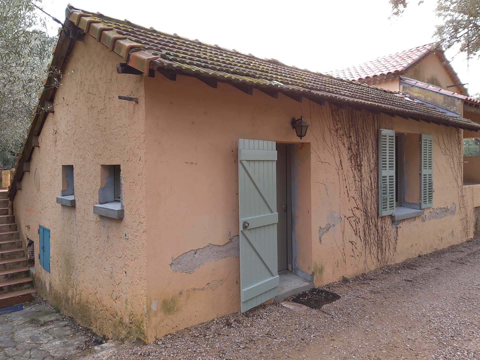 CAVALAIRE-4 kms from the sea, building to renovate into a family house or into 3 apartments