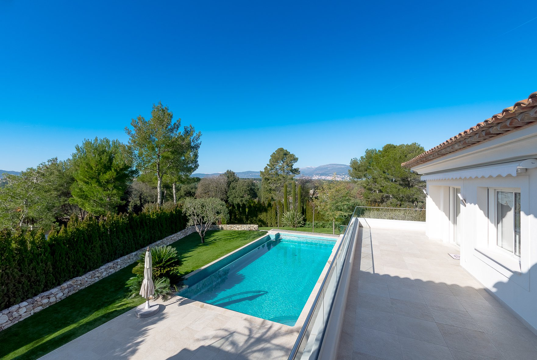MOUGINS - ROYAL GOLF CLUB - SUPERBE VILLA CONTEMPORAINE