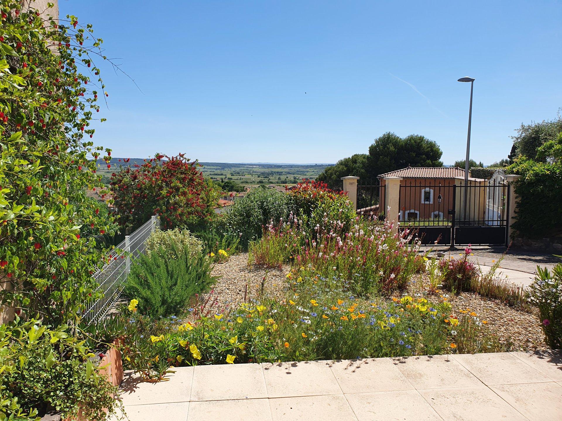 Maison des années 80 avec jardin et vues, commerces à pied
