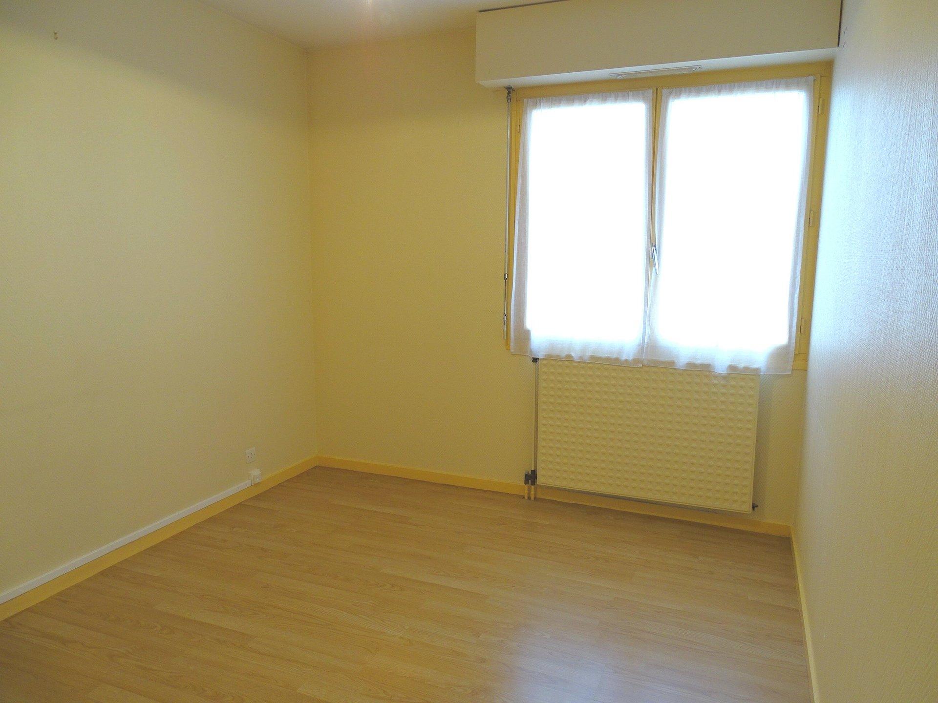 Dans une belle copropriété des plus recherchée, venez découvrir cet appartement de 47 m2. Idéalement situé, vous apprécierez l?environnement qu?il offre : à proximité immédiate de tous les commerces.  Il se compose d?un hall d?entrée avec placard, d'une pièce de vie lumineuse, d'une cuisine attenante pouvant s?ouvrir sur le séjour.  Un couloir viendra desservir une chambre, une salle de bain à personnaliser avec baignoire et un toilette.  Vous apprécierez l?environnement, son emplacement et la propreté de ce bien. Prestations complémentaires : place de stationnement et cave.  Bien soumis au régime de la copropriété, charges 182,52 euros/ trimestre.  Honoraires à la charge du vendeur.