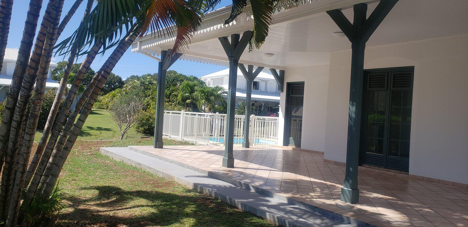 EXCLUSIVITE LE FRANCOIS CAP EST Très belle villa T4 avec piscine