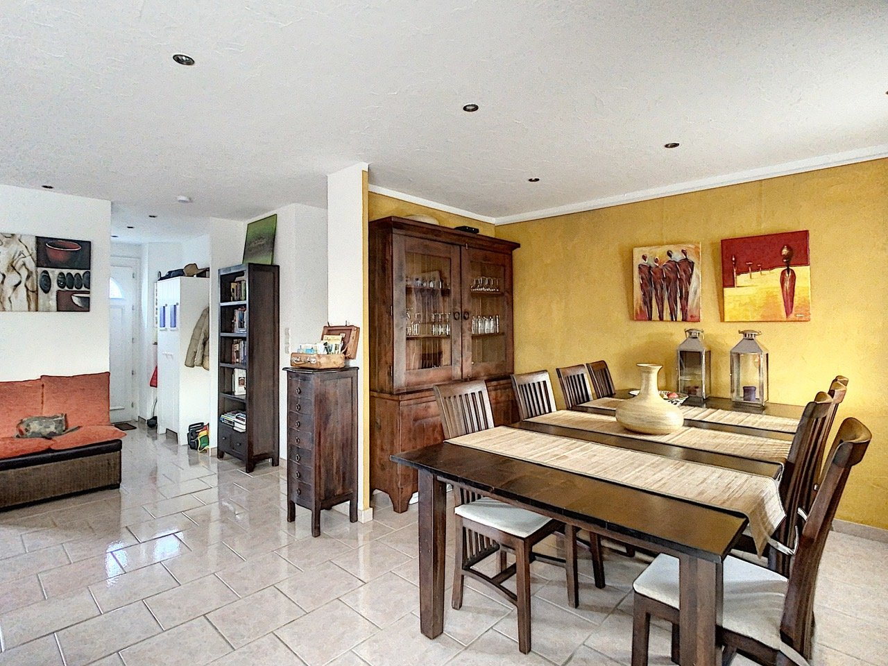 Single storey villa with four bedrooms and pool