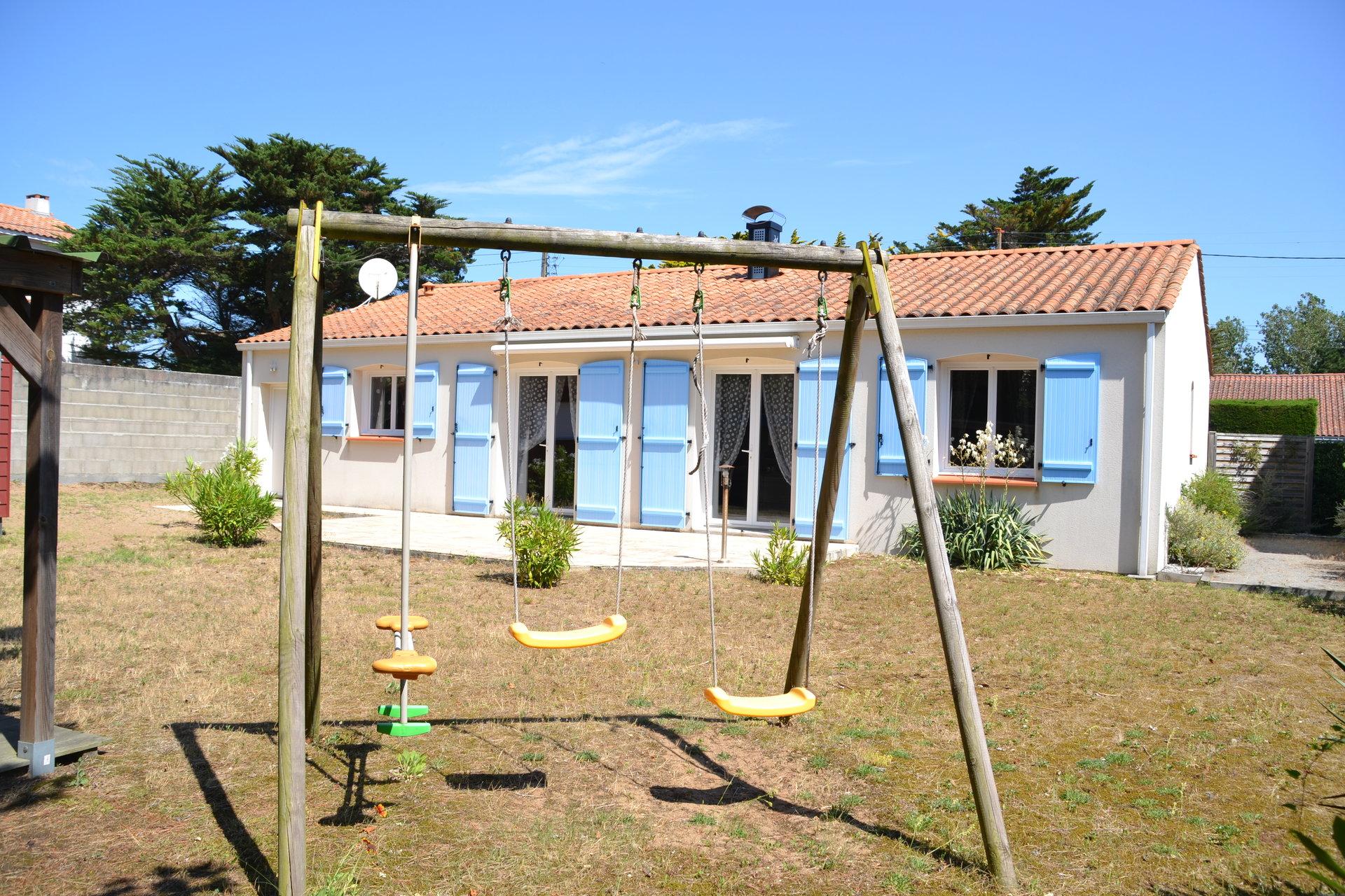 Villa récente de plain-pied offrant 4 chambres à 50m de la mer