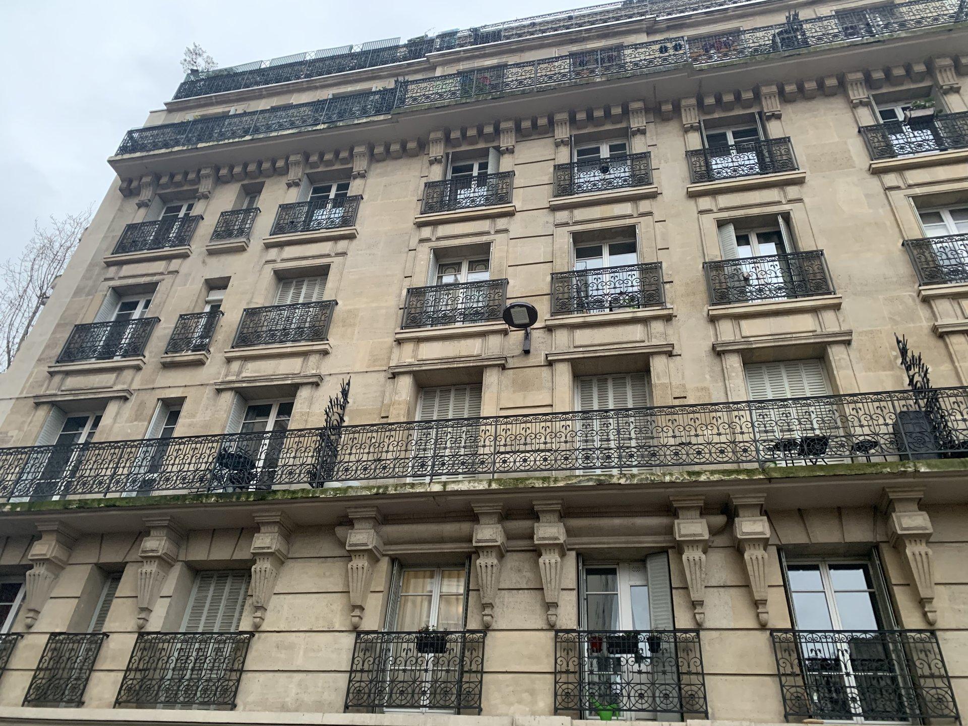 Paris - XIV ème - SQUARE FRÉDÉRIC-BAZILLE - M° Alésia / Plaisance - MAISON - 3 PIÈCES - CADRE VERDOYANT - LUMIÈRE - PROPRIÉTÉ DES COMBLES - ATYPIQUE - CALME ABSOLU - ADRESSE RECHERCHÉE