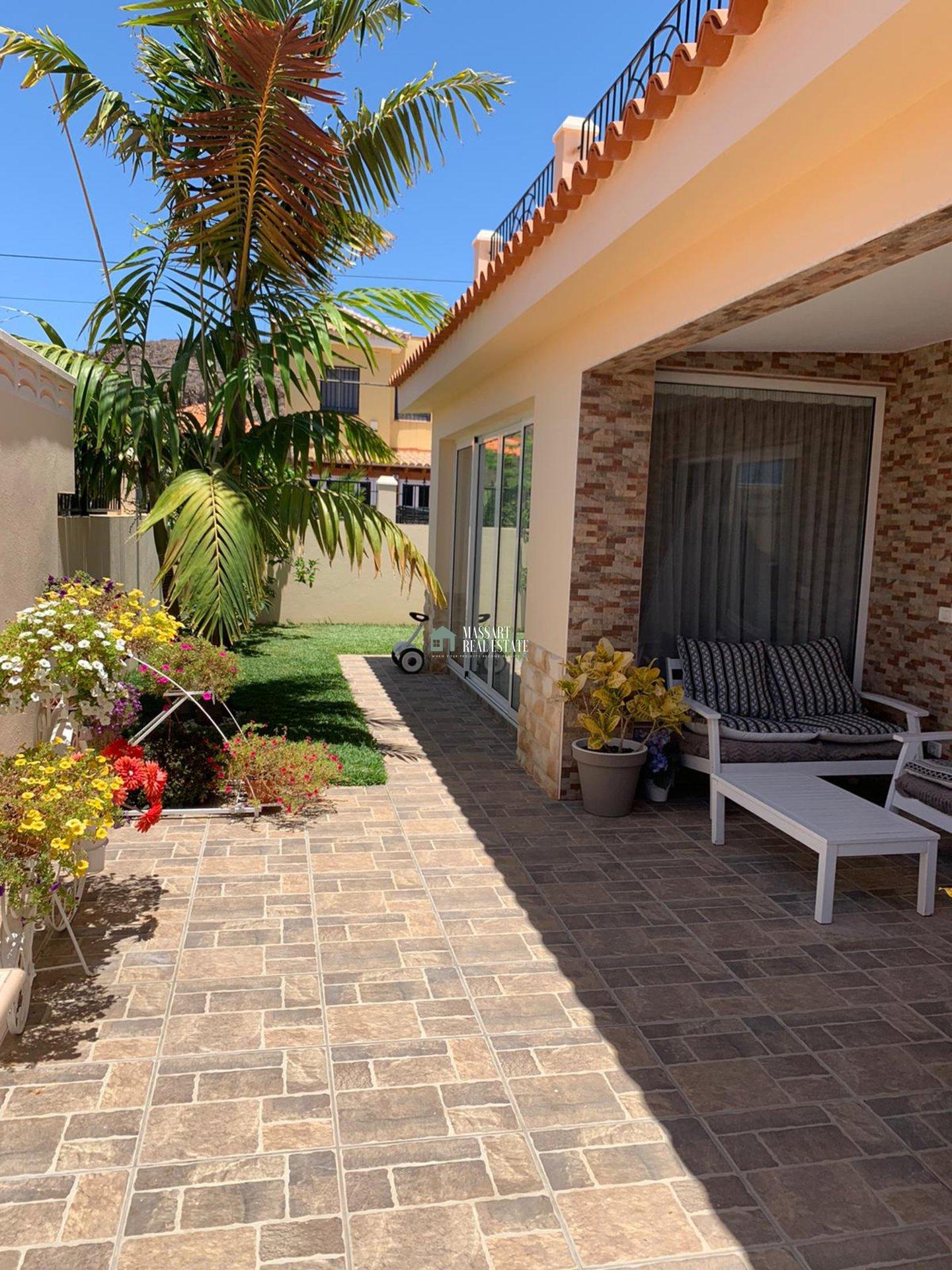 Exclusiva villa de 120 m2 amueblada con estilo moderno en una zona de absoluta tranquilidad, Palm-Mar (Arona).