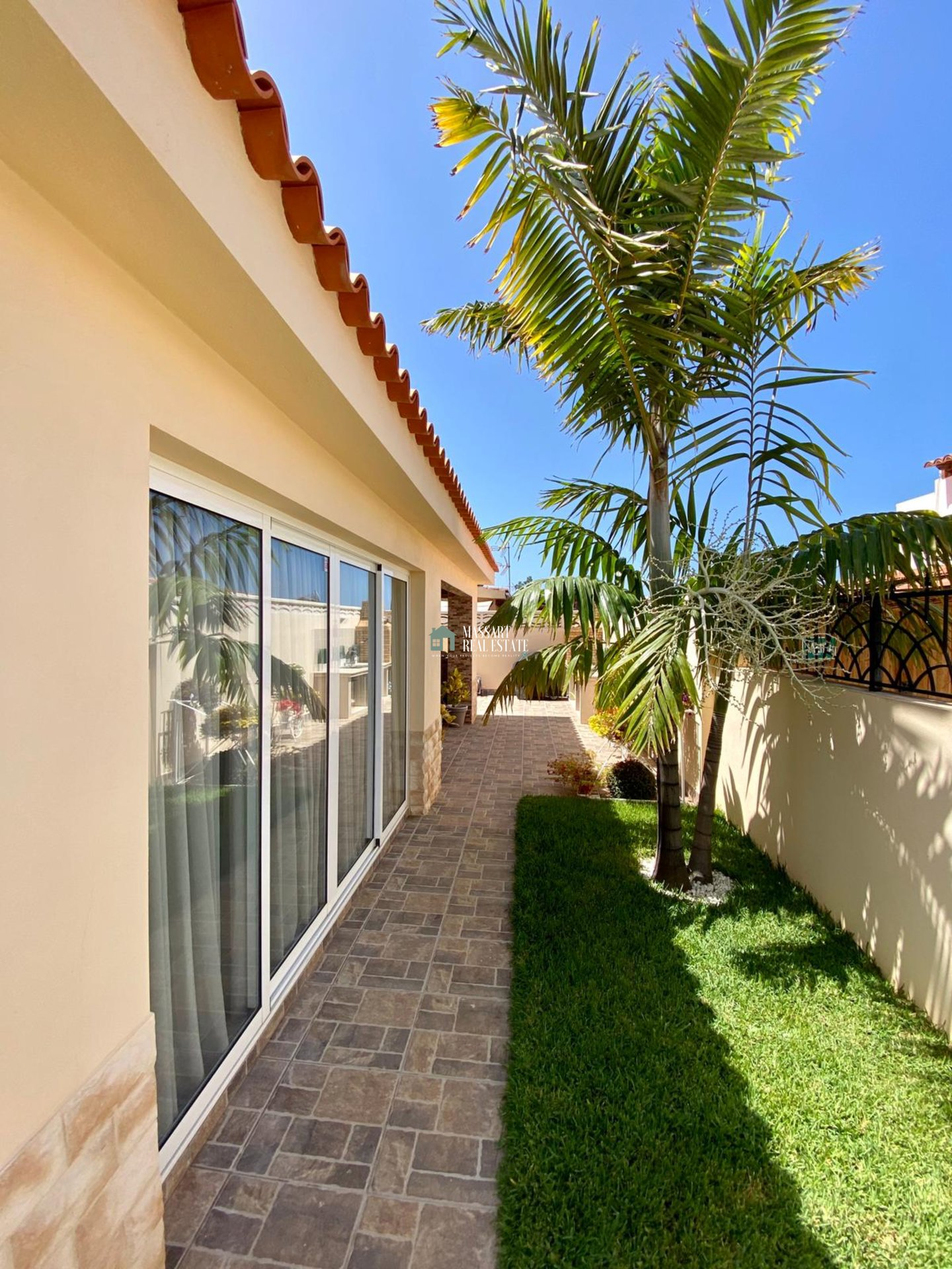 Exclusive villa of 120 m2 furnished with modern style in an area of absolute tranquility, Palm-Mar (Arona).