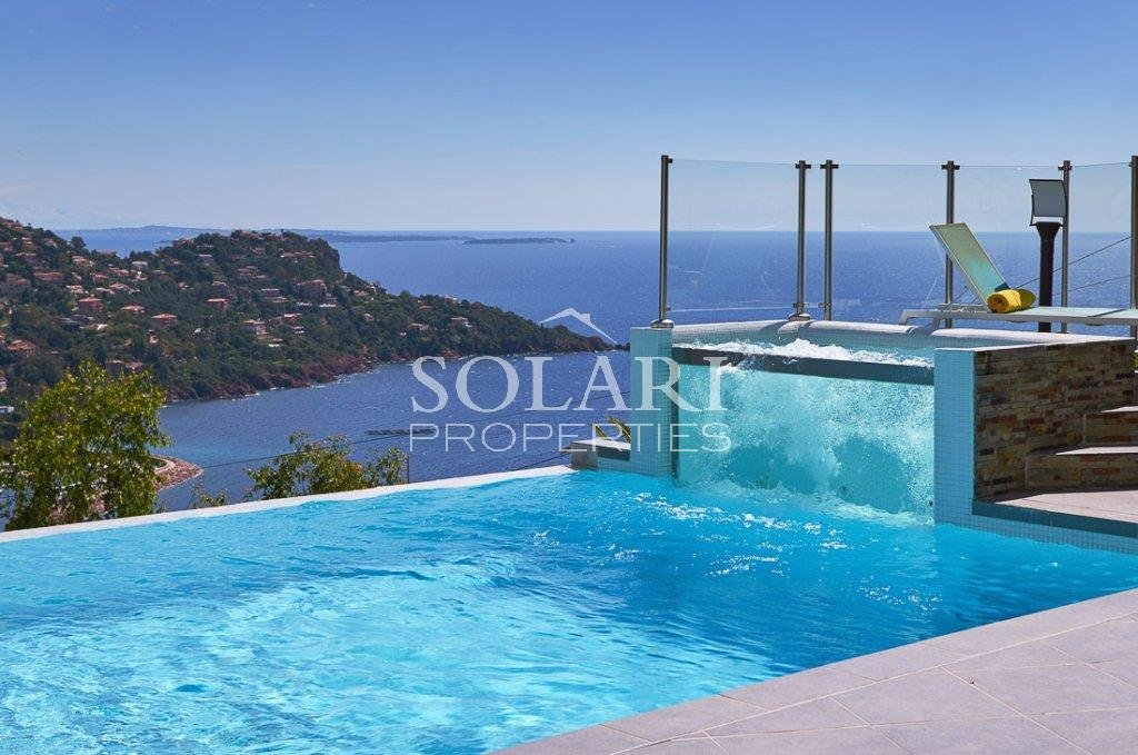 Modern villa with panoramic sea views in Le Trayas