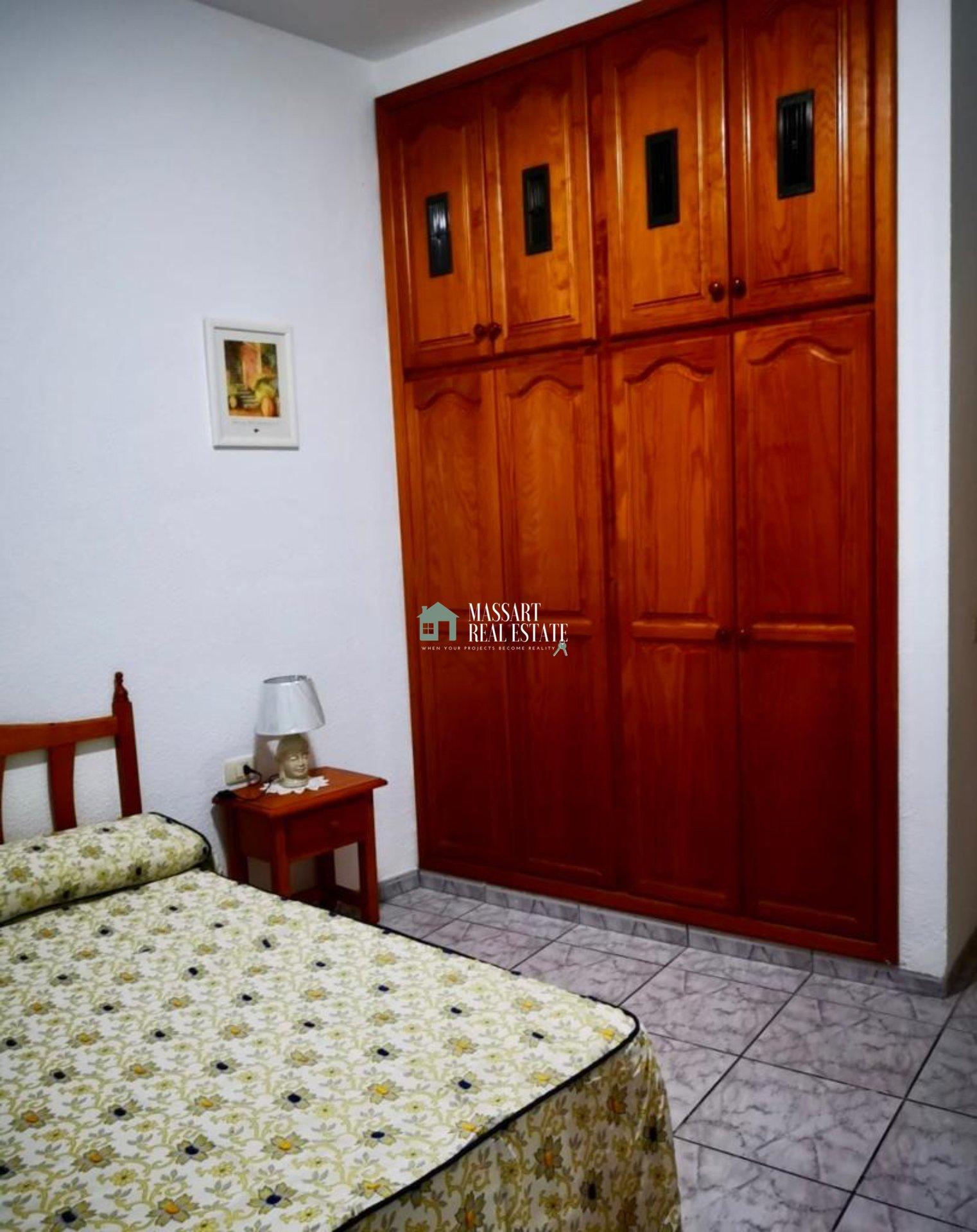 Zu vermieten in Los Menores, einer voll möblierten 70 m2 großen Wohnung im Erdgeschoss, in einem zentralen Bereich der absoluten Ruhe.