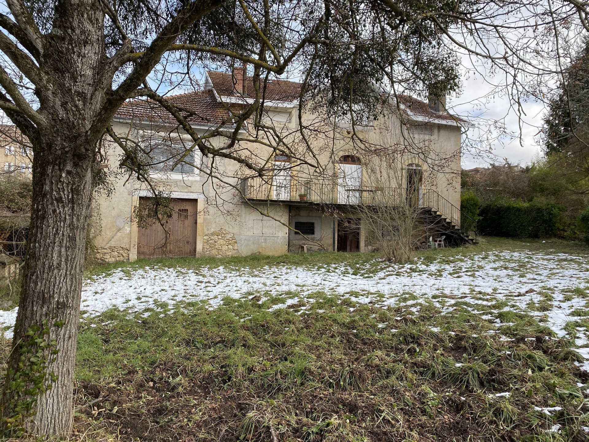 Centre Aurignac, beautiful old house to renovate with garden of about 2300m ².
